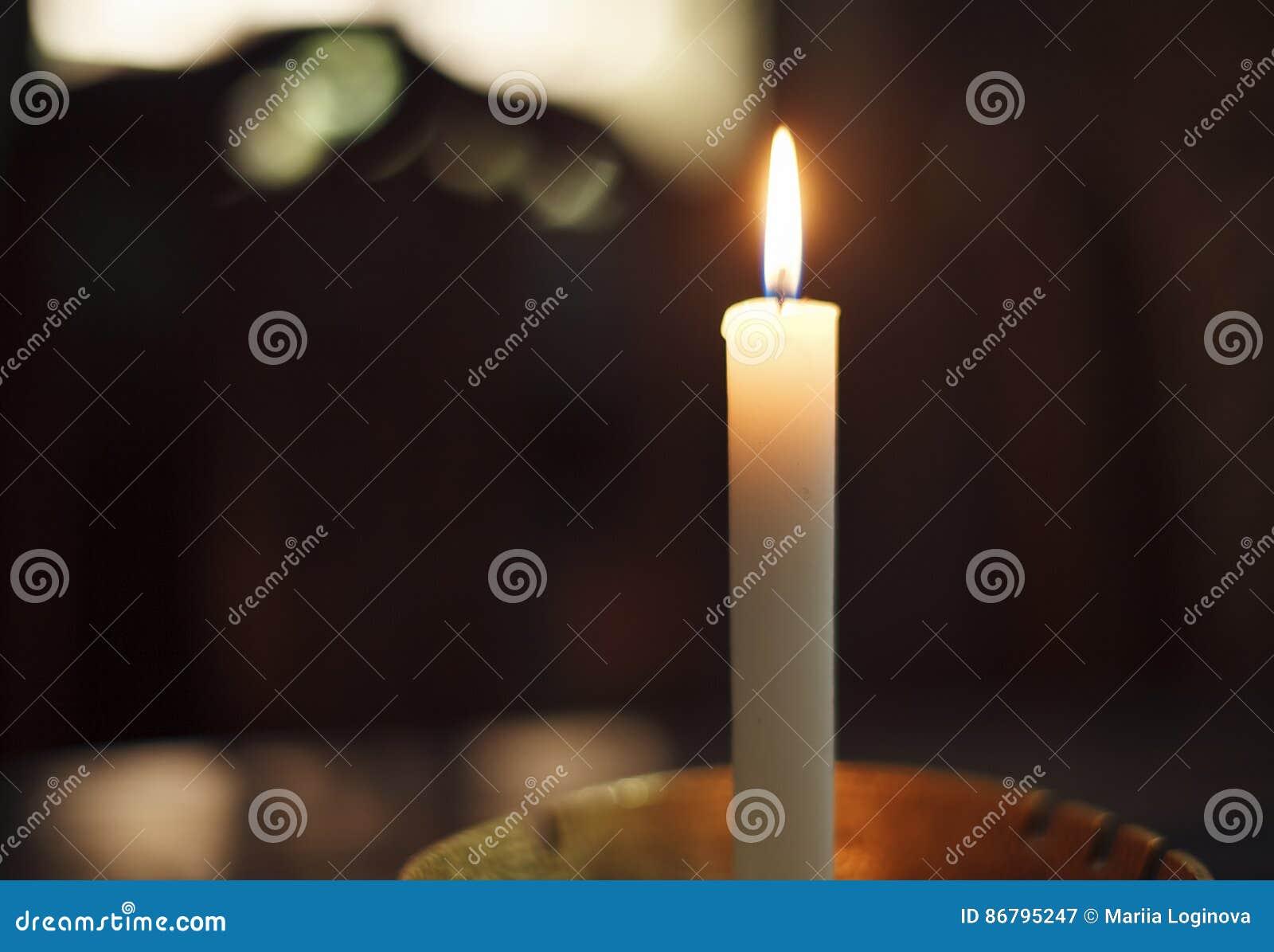 Vela Blanca Con La Llama En El Cuarto Oscuro Imagen de archivo ...