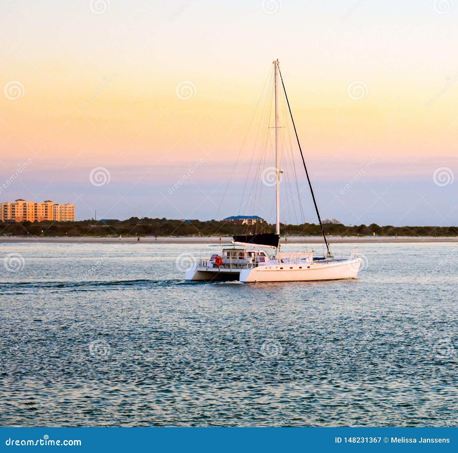Vela de la puesta del sol en el embarcadero del faro de Ponce en la Florida