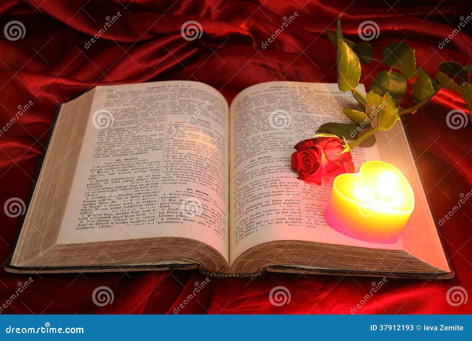 Vela Del Corazón En La Biblia Y La Rosa Abiertas Del Rojo Imagen De