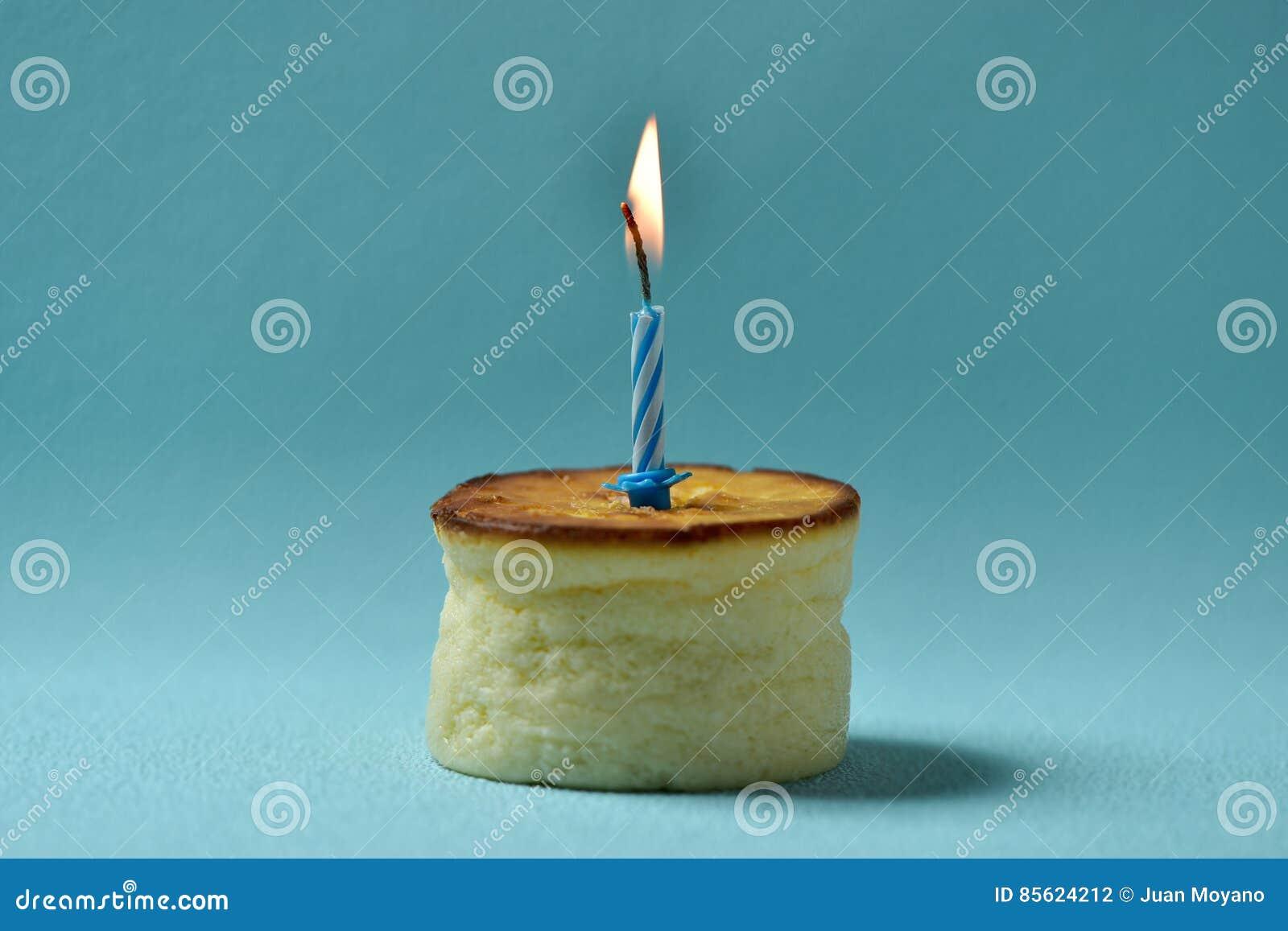 Vela del cumpleaños del Lit en un pastel de queso