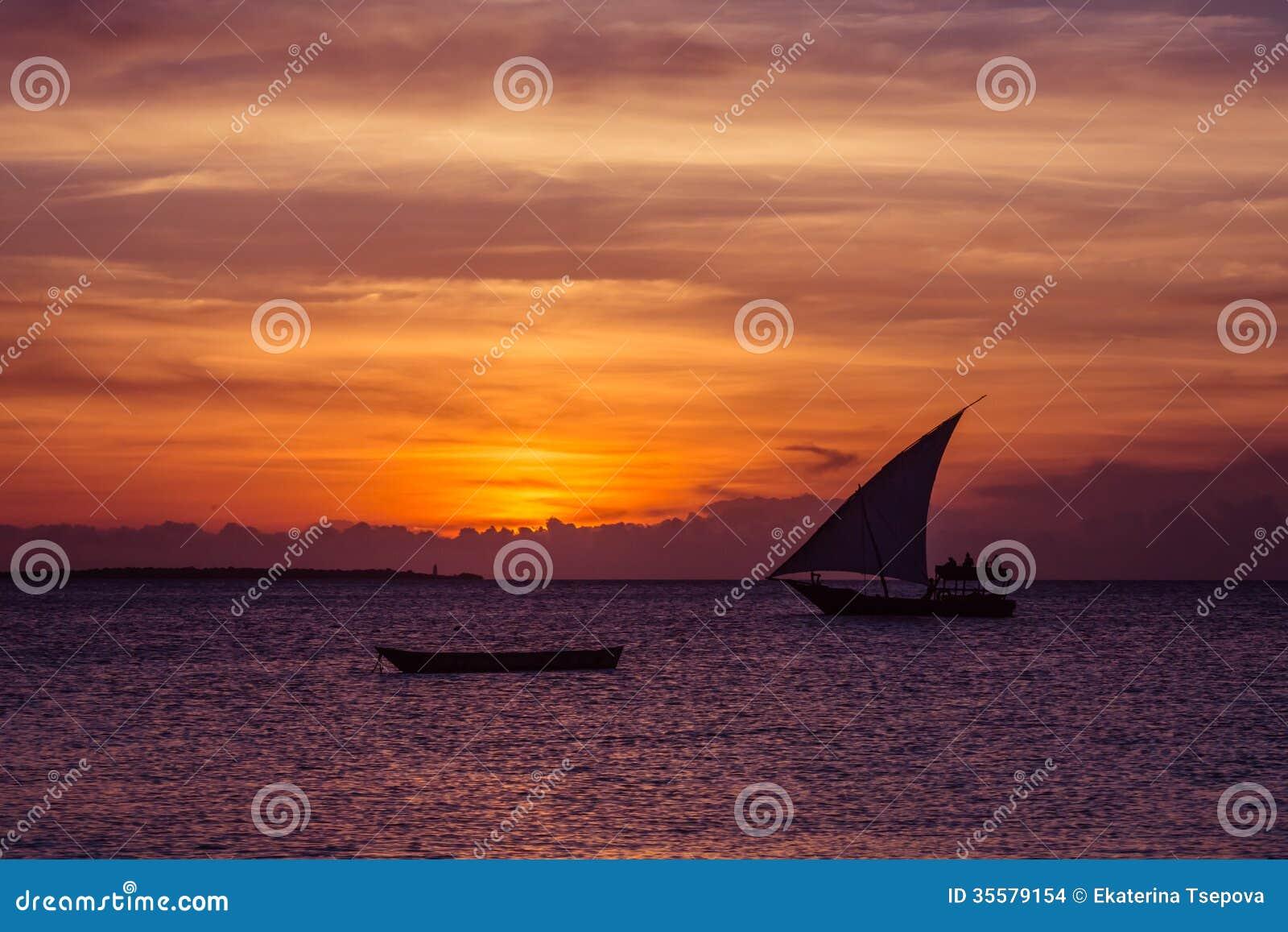 Vela do por do sol perto da ilha de Zanzibar