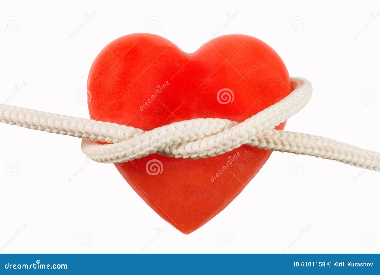 Vela heart-shaped vermelha e uma corda