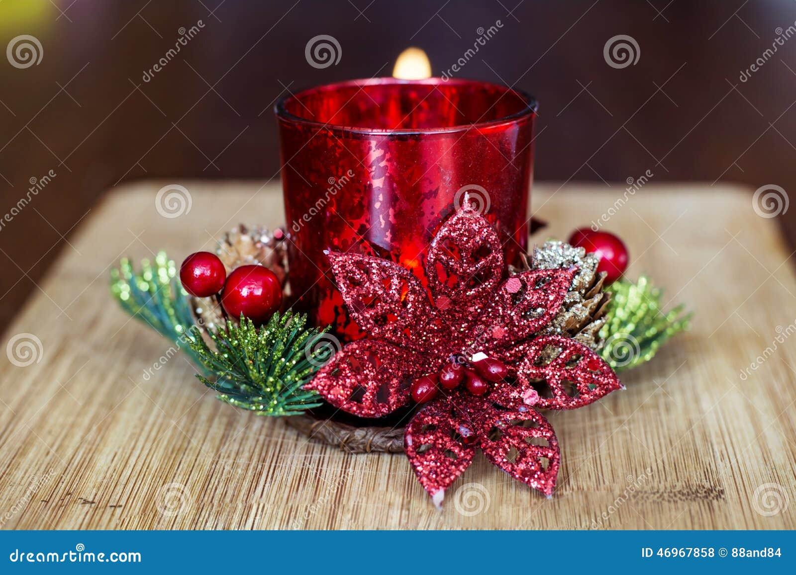 Vela roja de la navidad para la decoraci n casera foto de - Velas de navidad decoradas ...