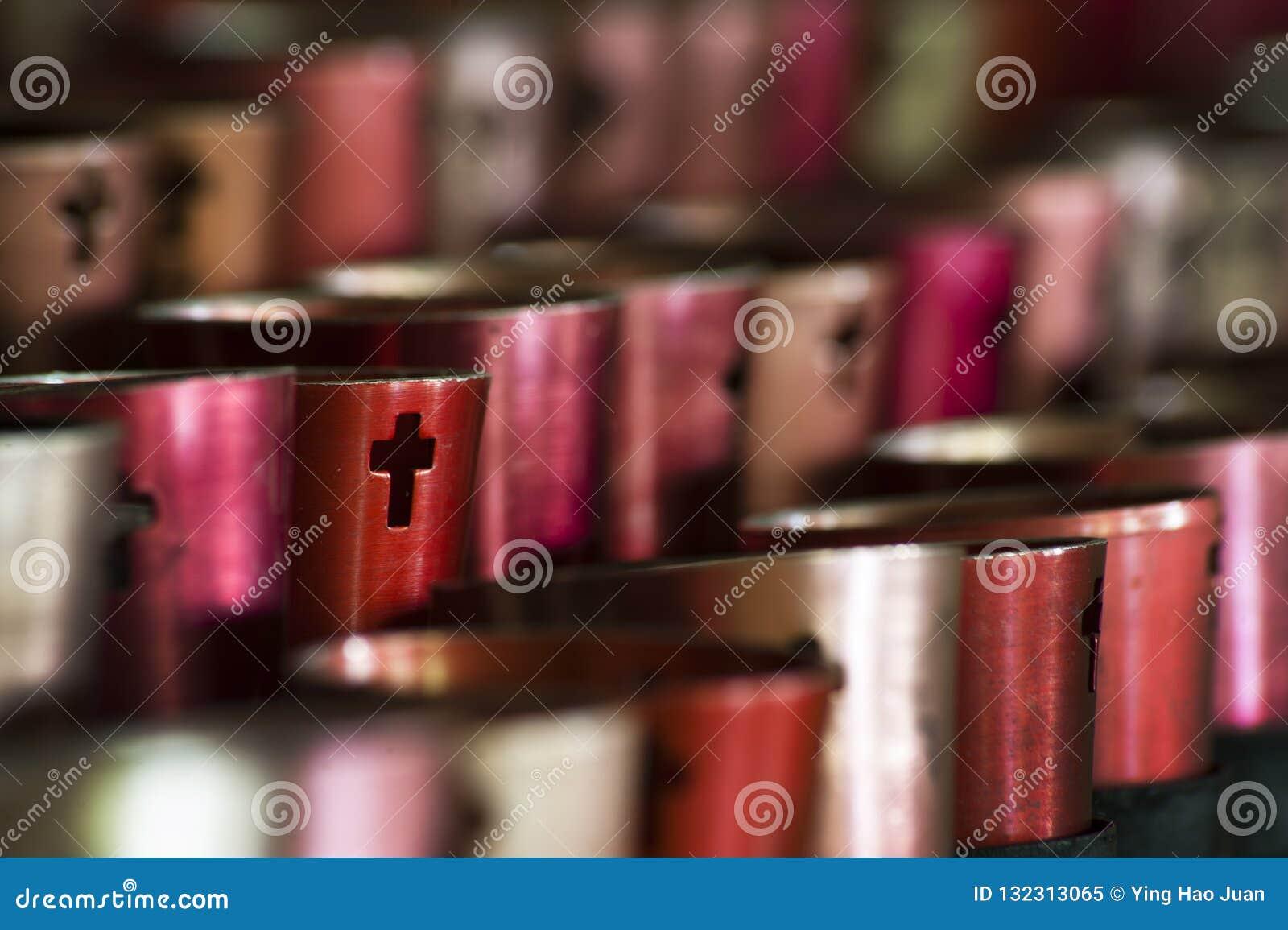 Velas alinhadas em Christian Monastery