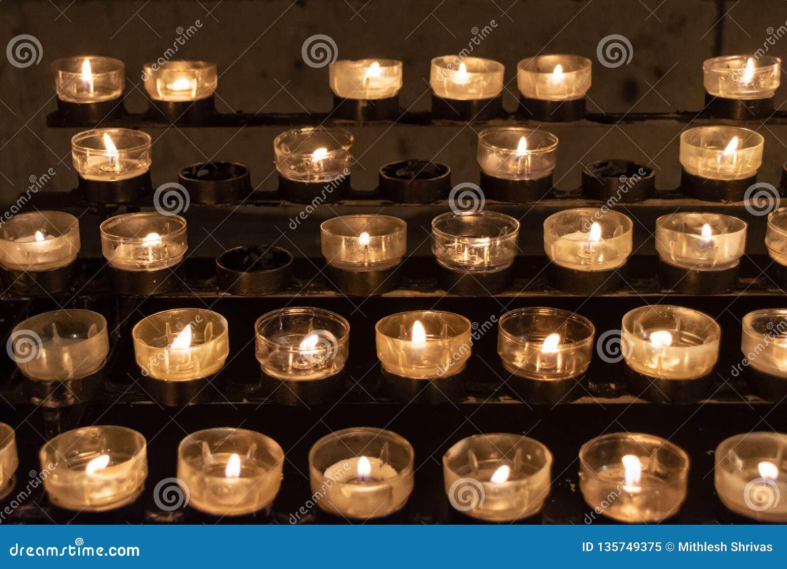 Velas amarelas iluminadas na igreja da catedral da água de Colônia, noite de Natal, Alemanha