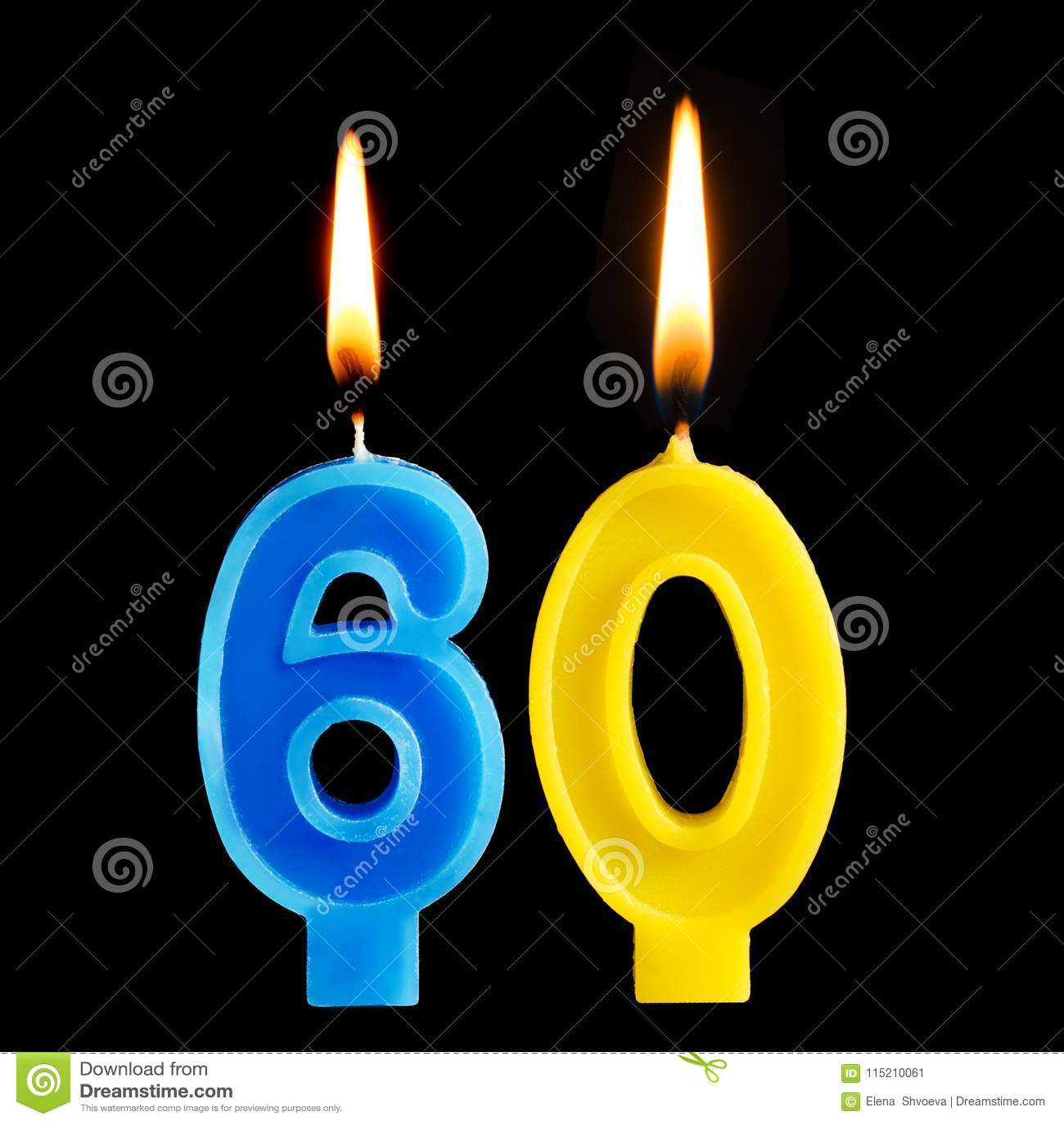 Velas ardentes do aniversário sob a forma de 60 sessenta figuras para o bolo isolado no fundo preto O conceito de comemorar um na