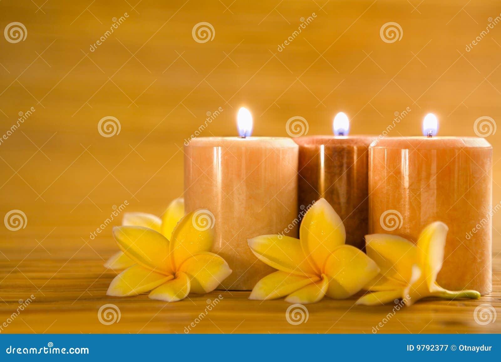 velas aromticas con el frangipani en la estera de bamb