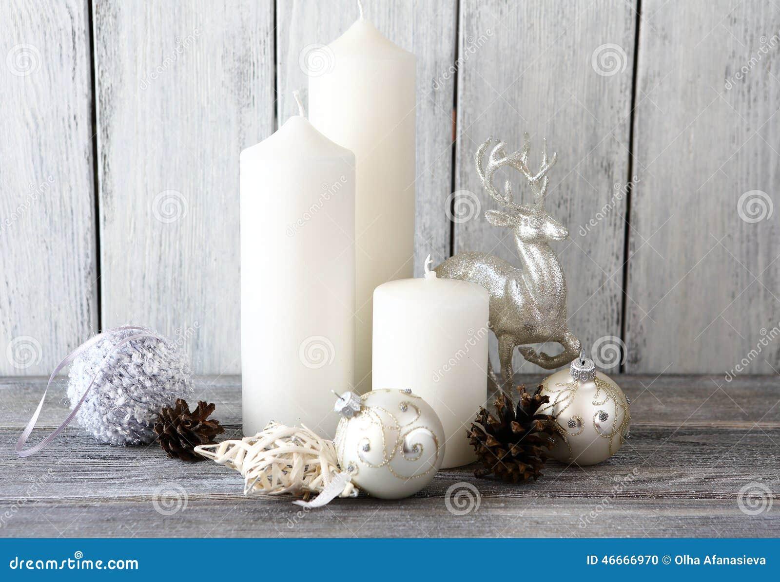 Velas blancas con y bolas de la navidad ciervos de la - Adornos navidenos con velas ...