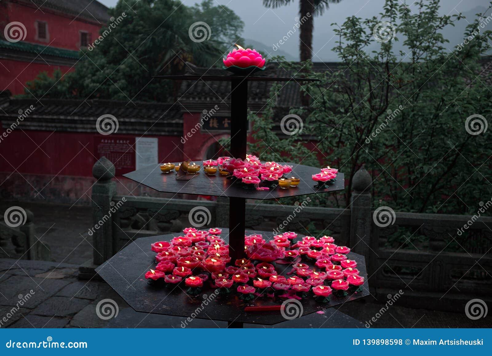 Velas de Lotus en un templo budista China del wushu del taoist