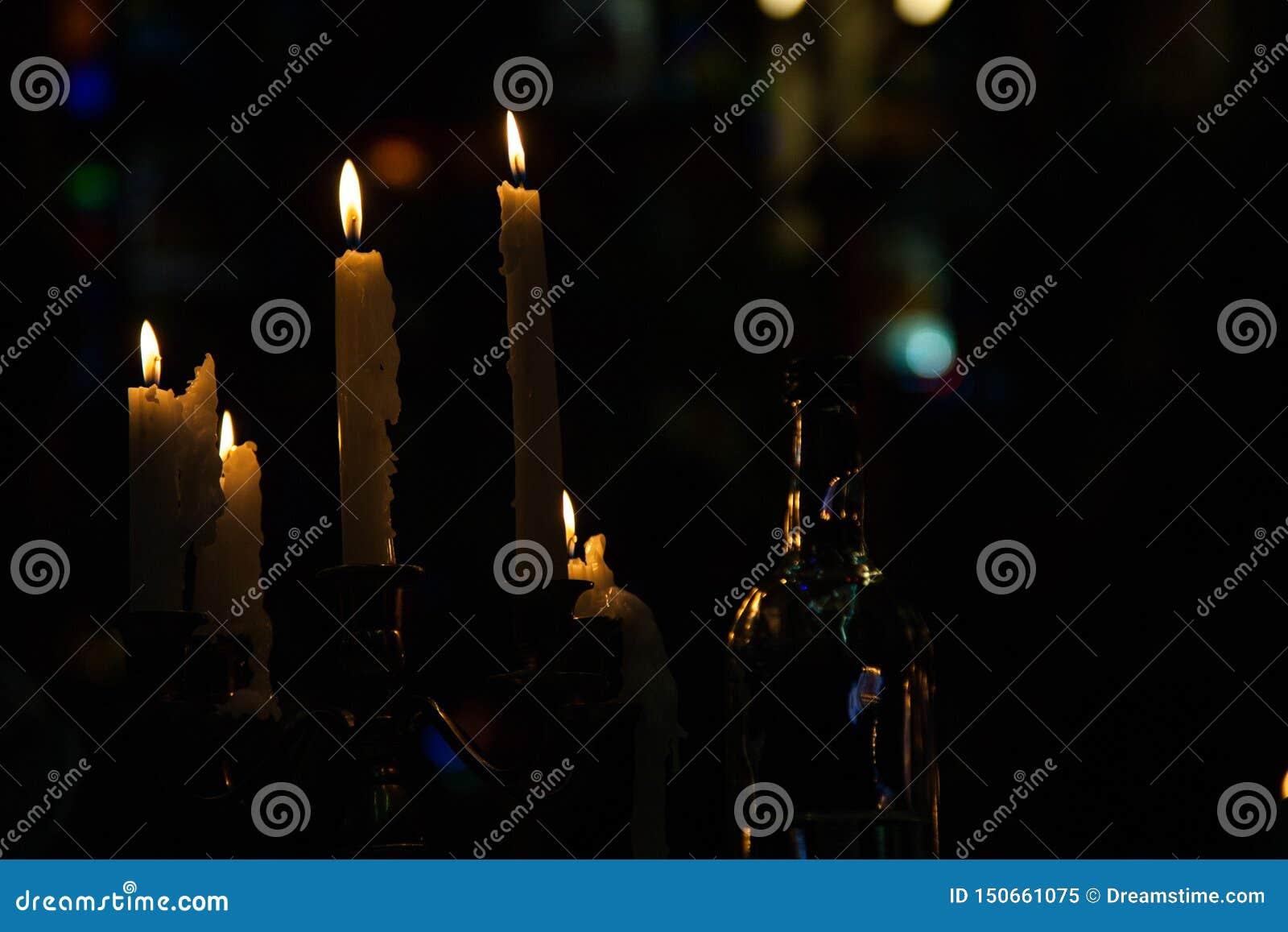 Velas de queimadura em um castiçal em uma sala escura