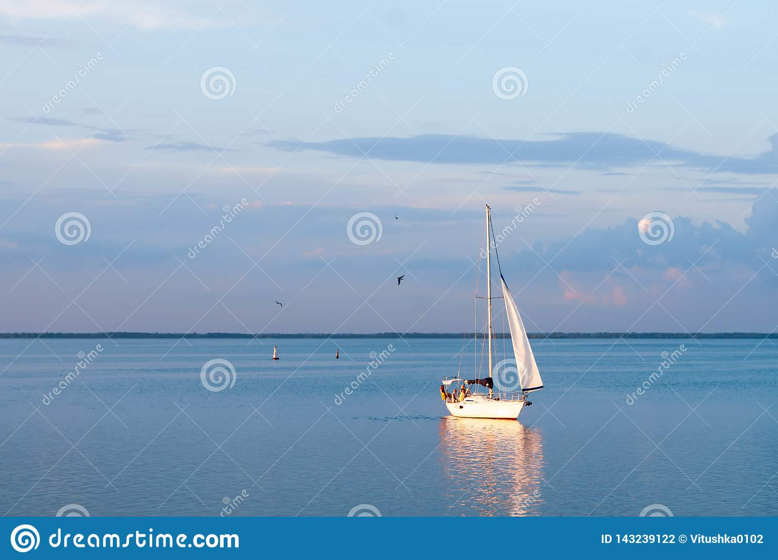 Velas do barco de navigação no rio