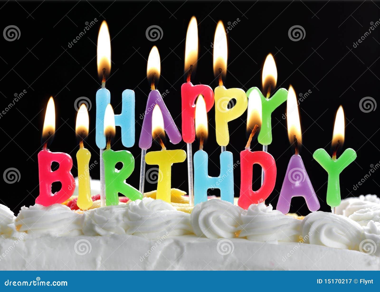 Velas do feliz aniversario em um bolo