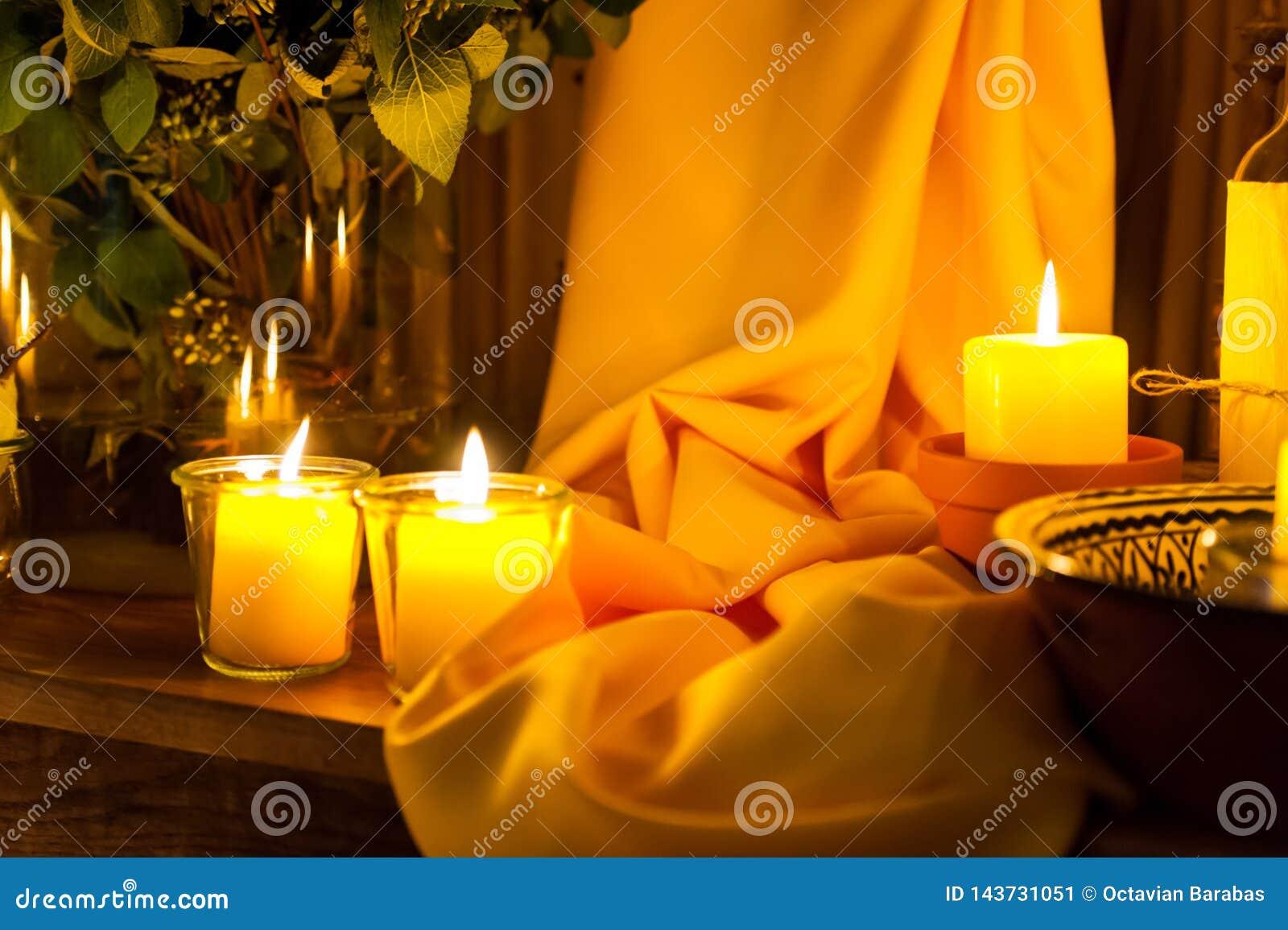 Velas e ornamento amarelo da tela