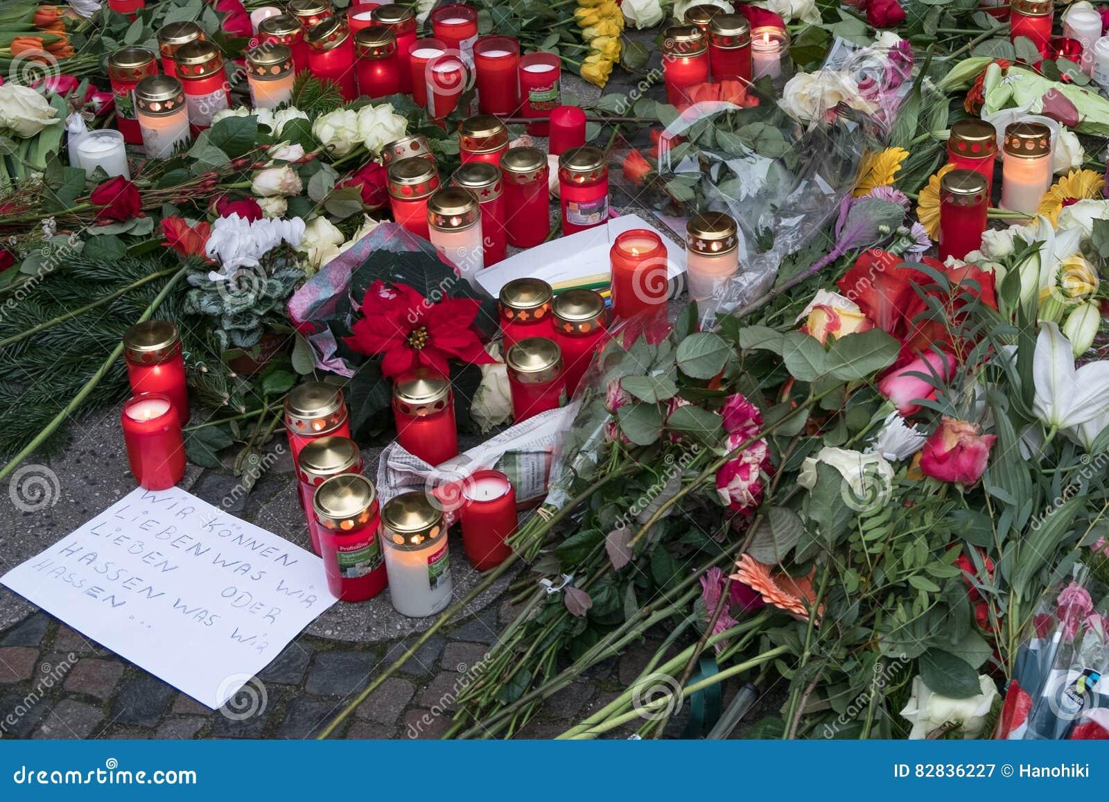 Velas en el mercado en Berlín, el día de la Navidad después del attentado terrorista