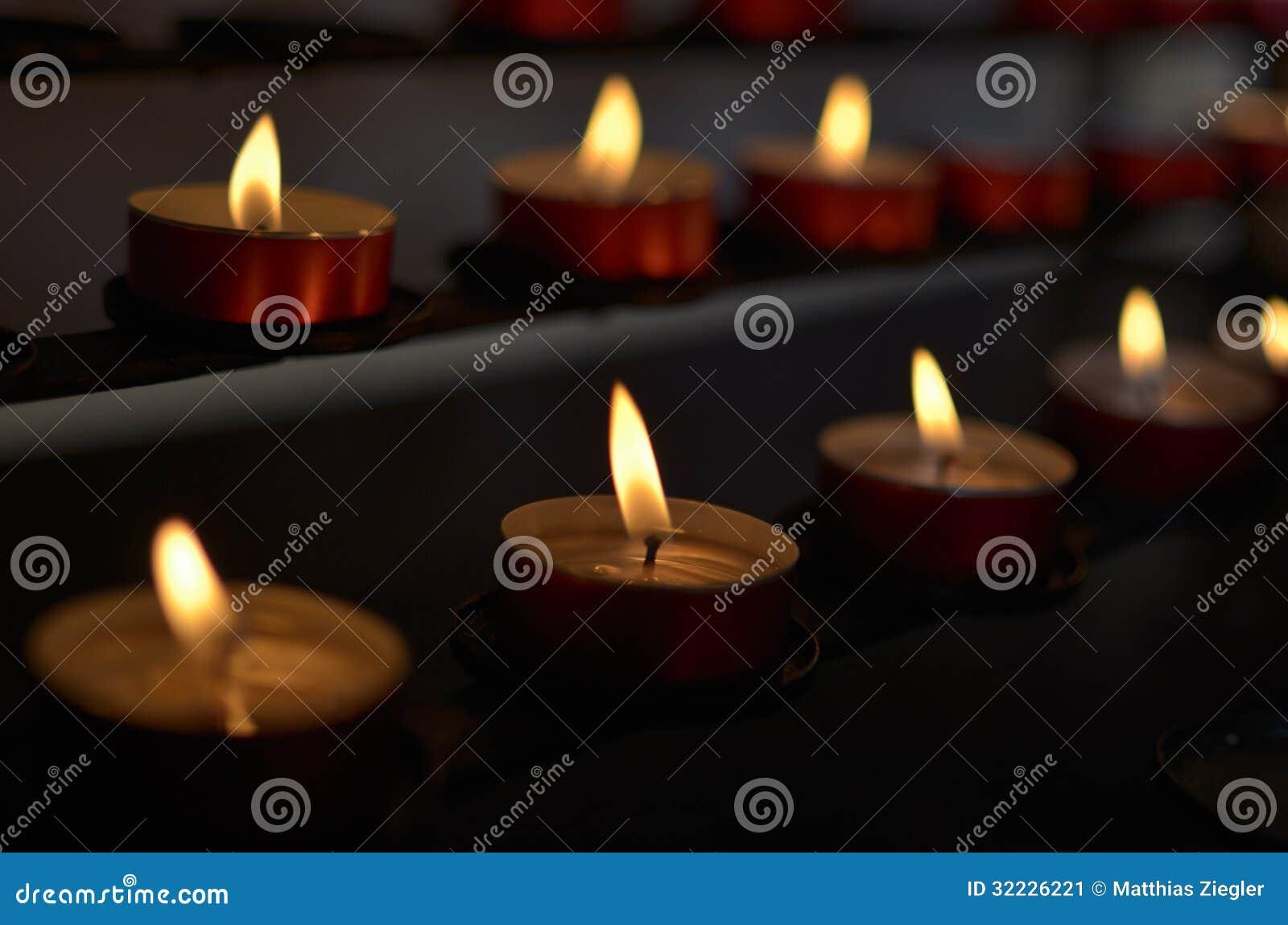 Download Velas na igreja imagem de stock. Imagem de incêndio, modo - 32226221