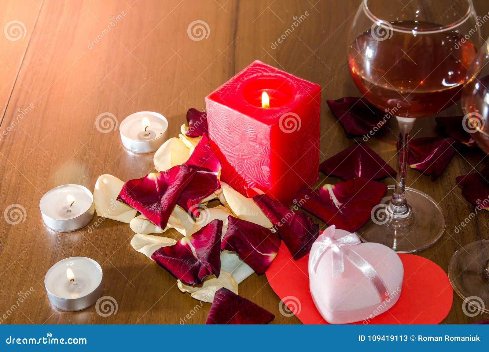 Velas Pétalos De Rosas Rojas Y Vino Imagen De Archivo