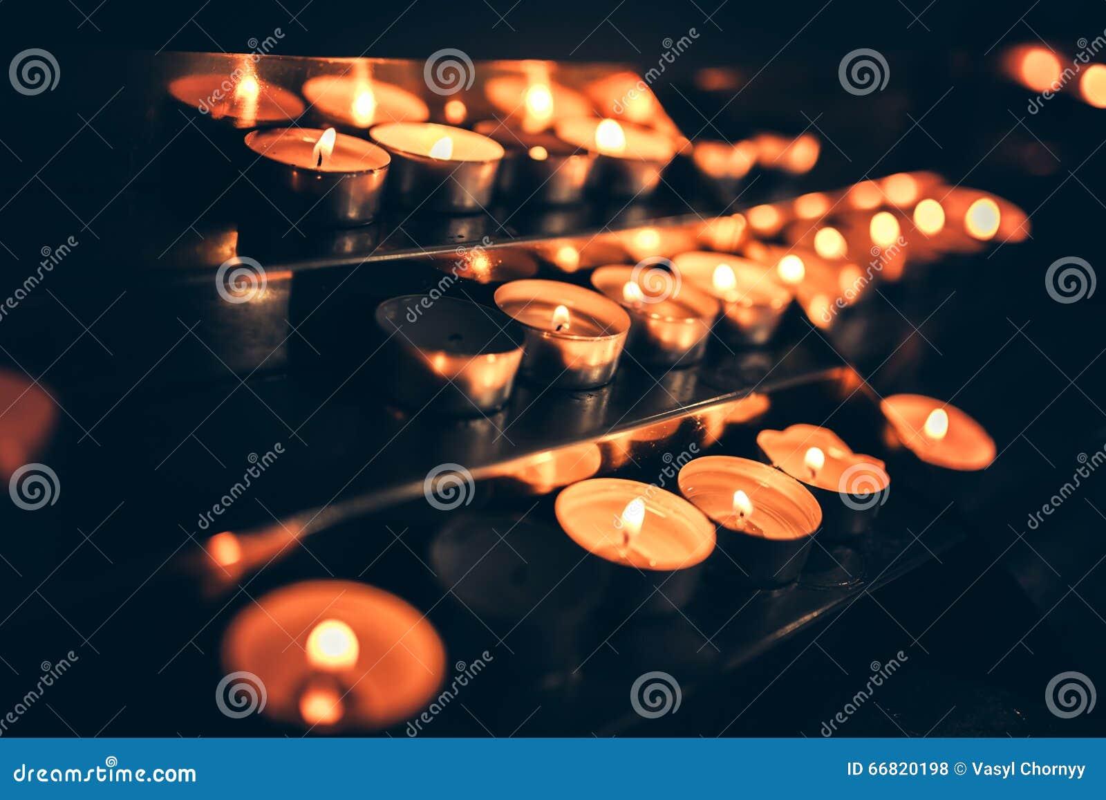 Velas que flamean en la iglesia