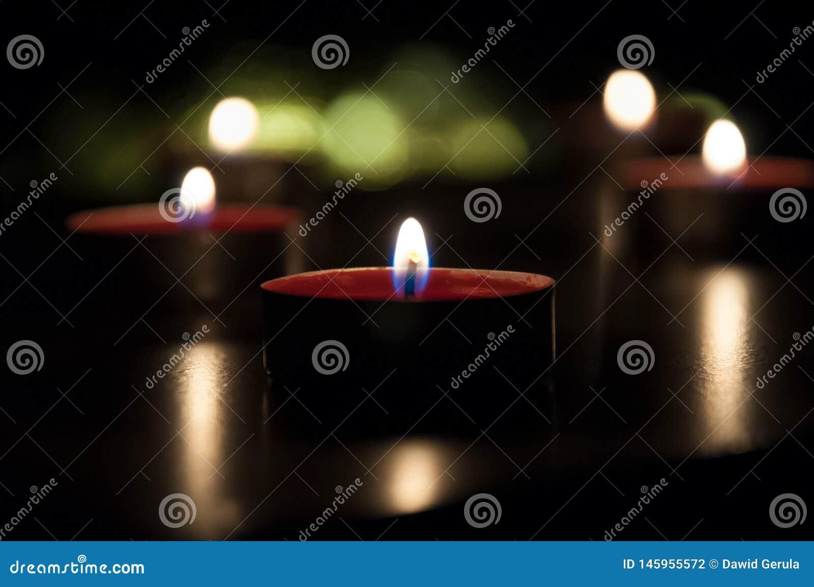 Velas rojas que brillan intensamente en la noche