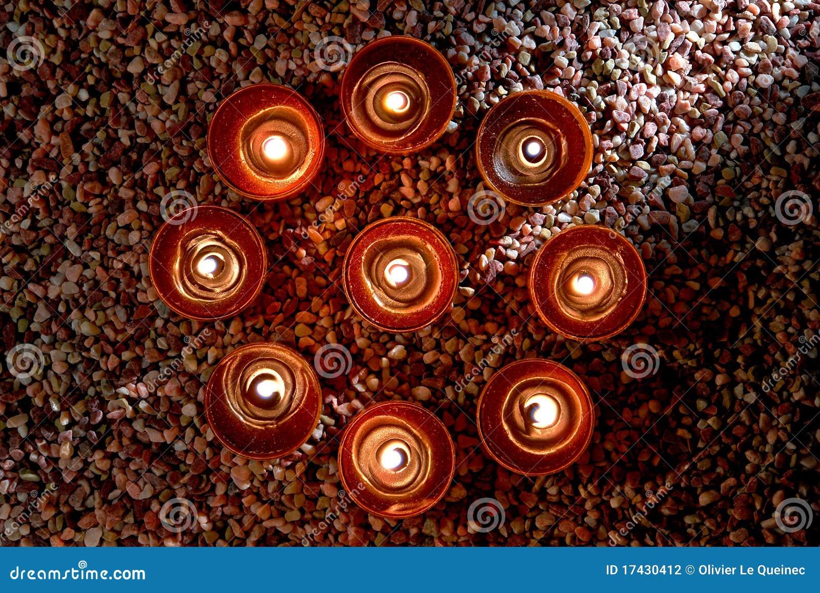 Velas Votive que queimam-se no círculo espiritual