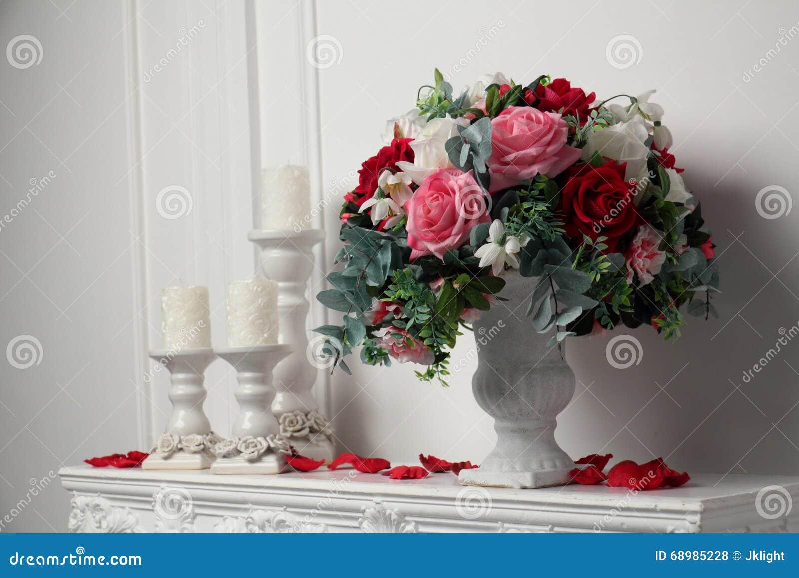 Velas y un florero de flores