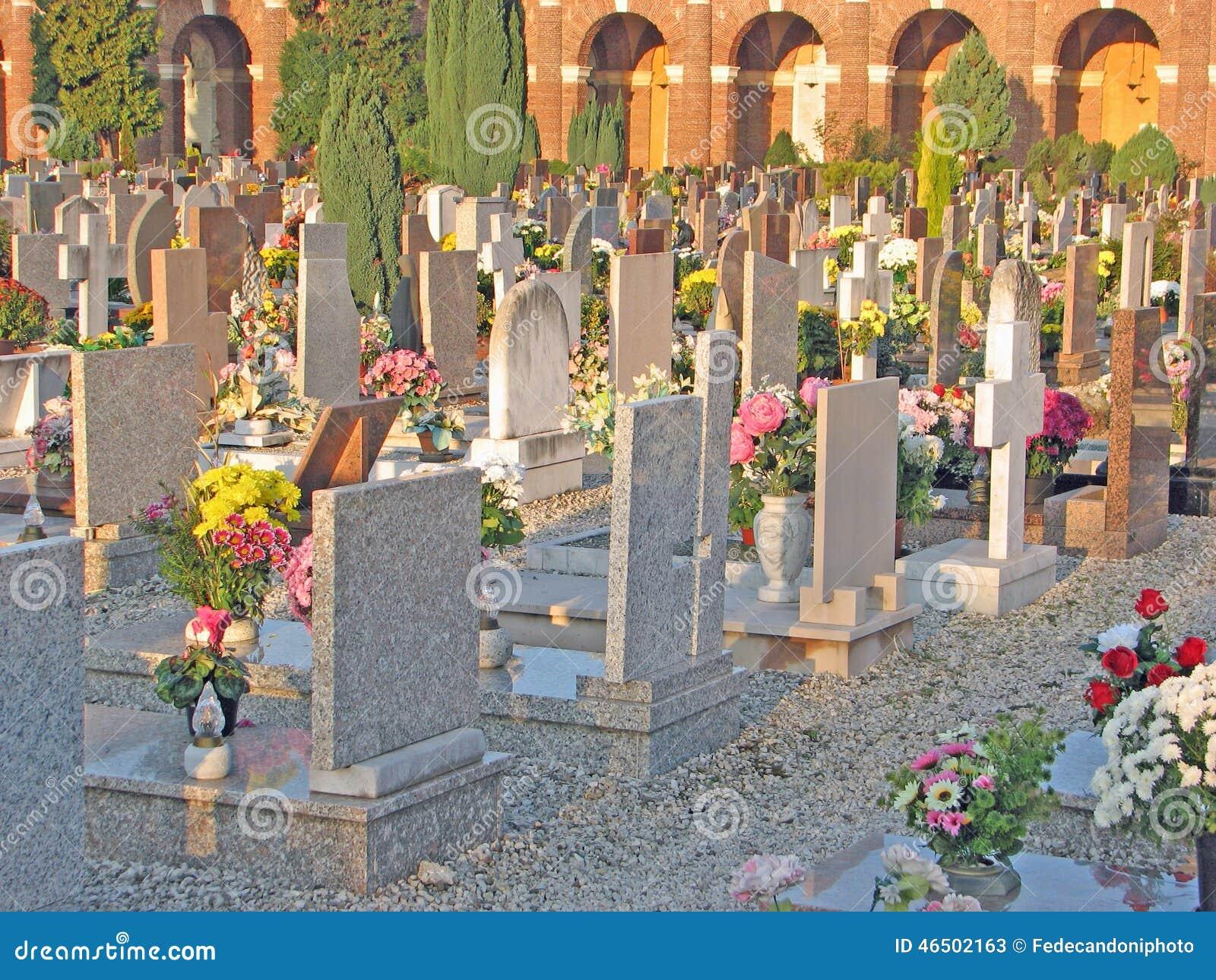 Vele grafzerken en graven in de begraafplaats met vele bloemen