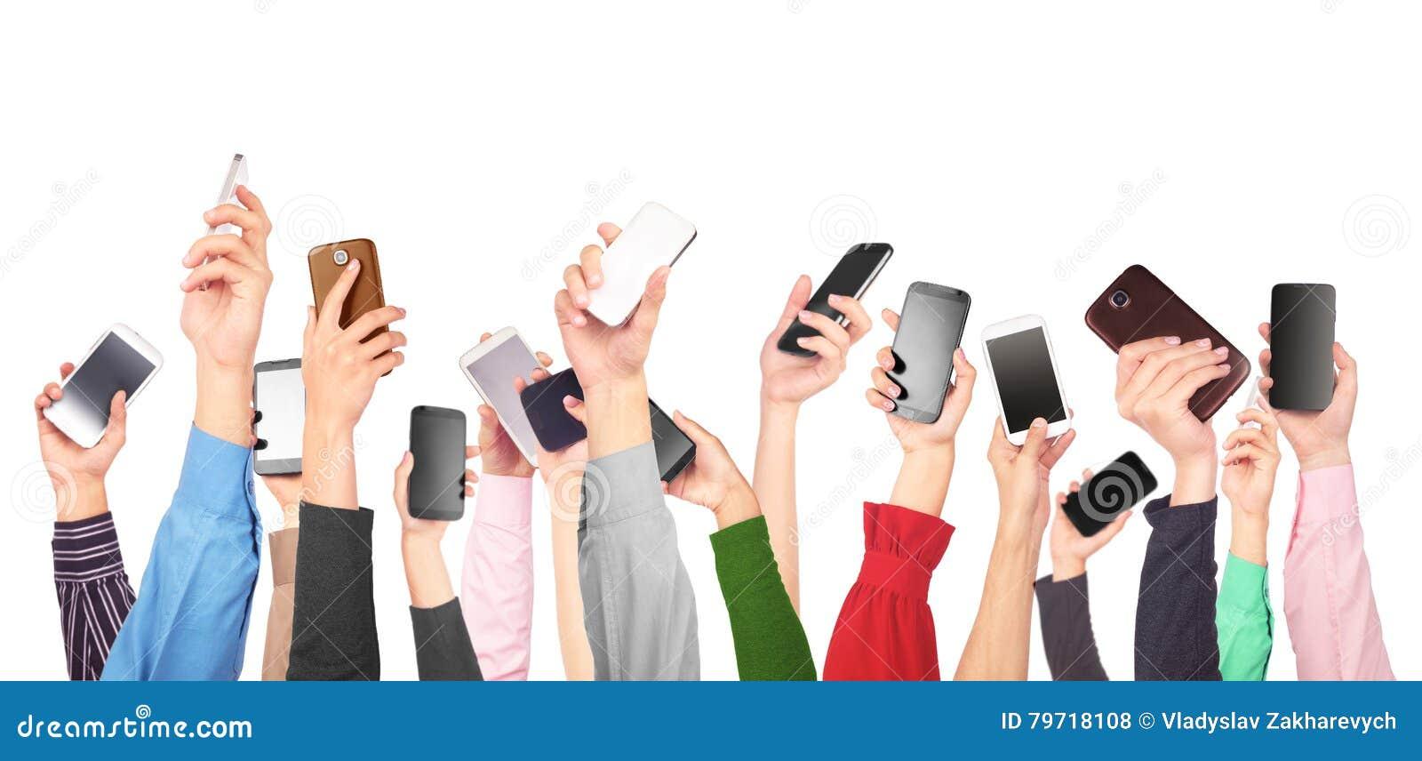 Vele handen die mobiele telefoons houden
