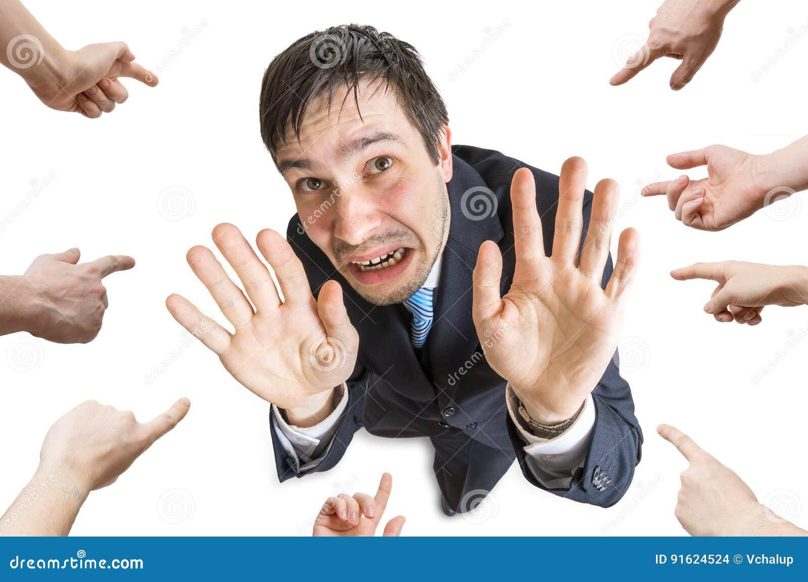 Vele handen richten en schuld beklemtoonde mens Geïsoleerdj op witte achtergrond Mening vanaf bovenkant