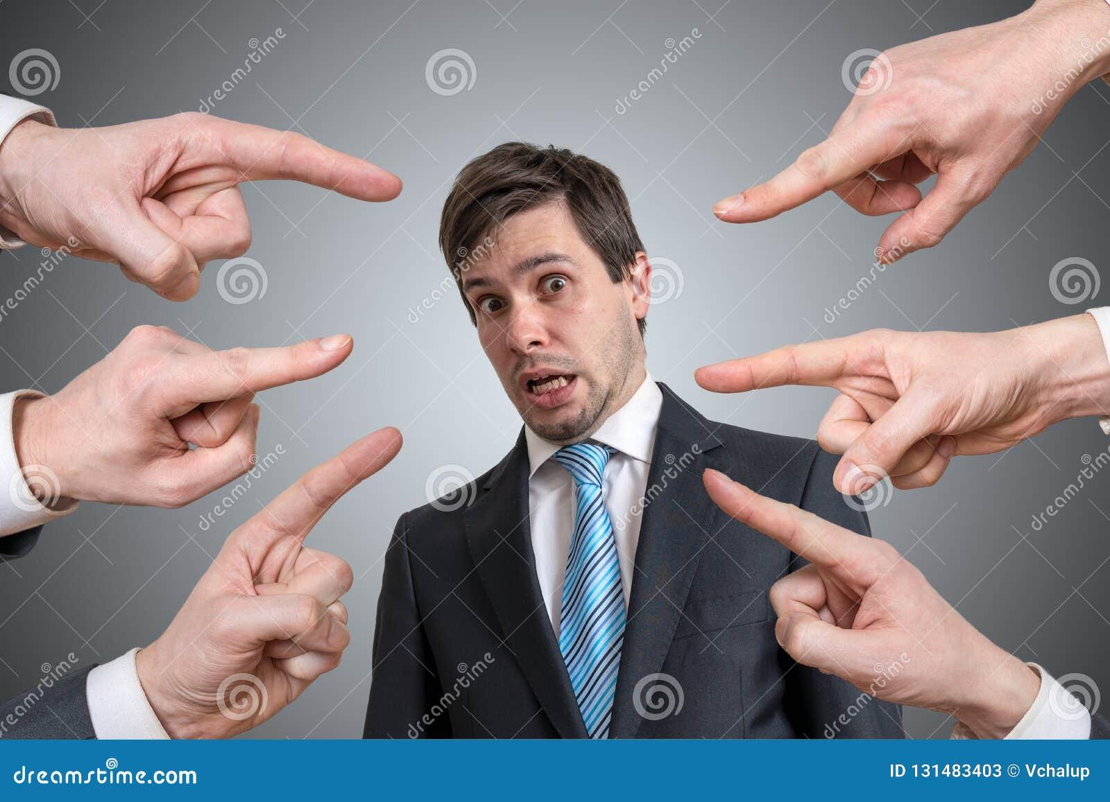 Vele handen richten op de schuldige mens en beschuldigen hem