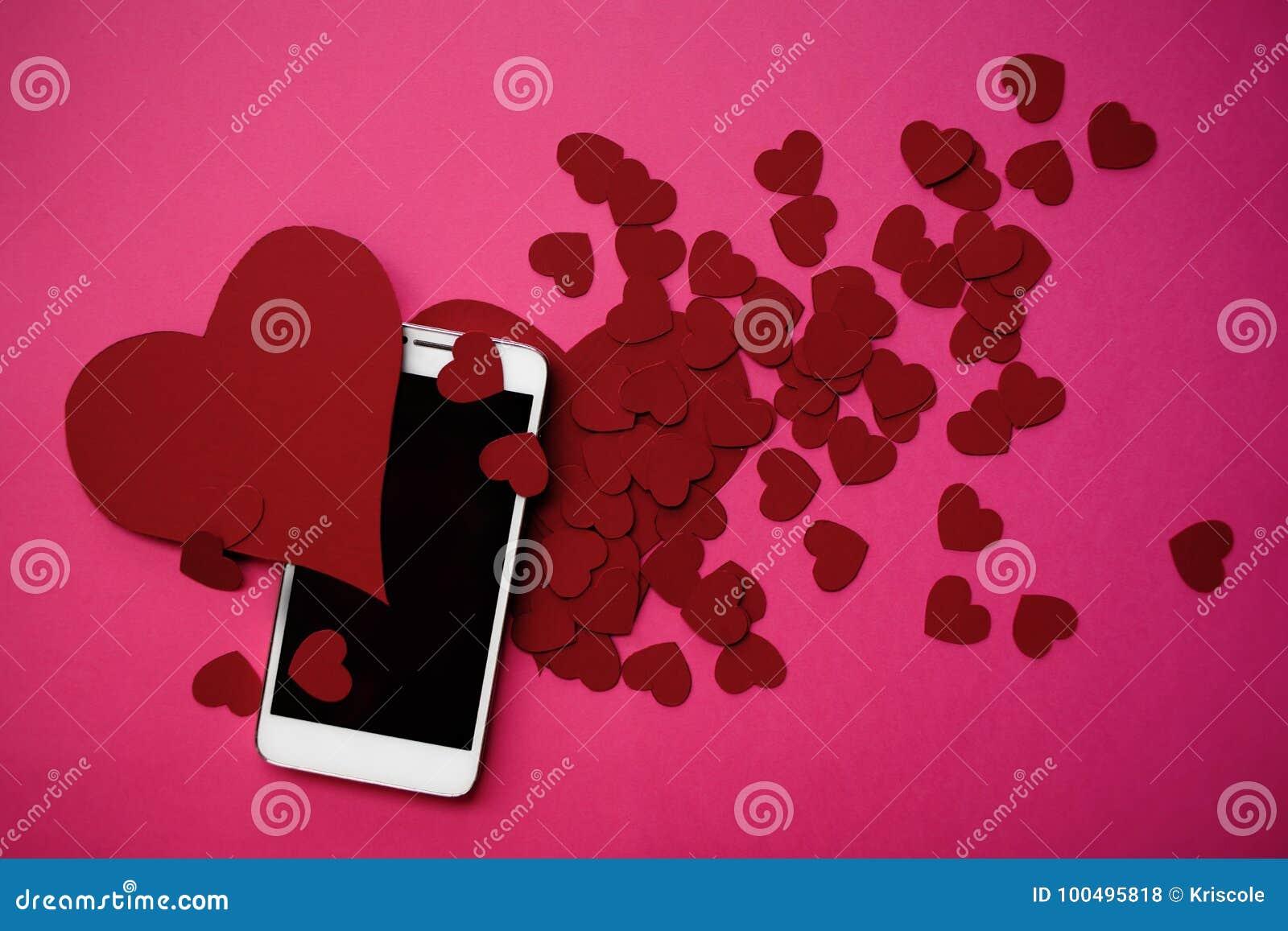 Vele harten en smartphone Het concept aan gelijkaardig in sociale netwerken of het Dateren van app Roze achtergrond