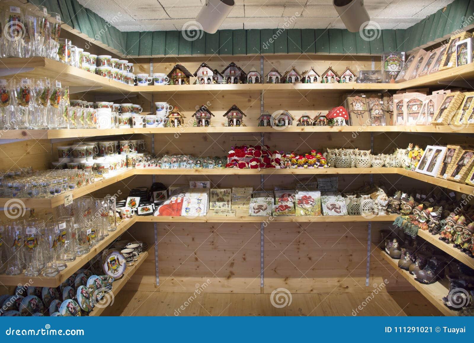Vele herinneringen en stuk speelgoed voor de mensen van verkoopreizigers in herinneringsgift winkelen