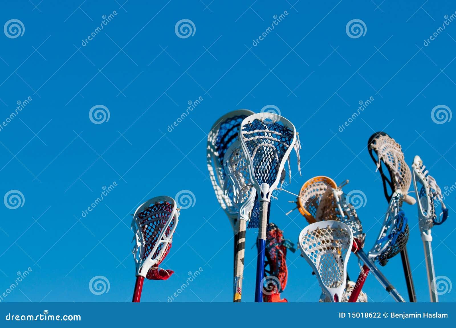 Vele lacrossestokken in de lucht