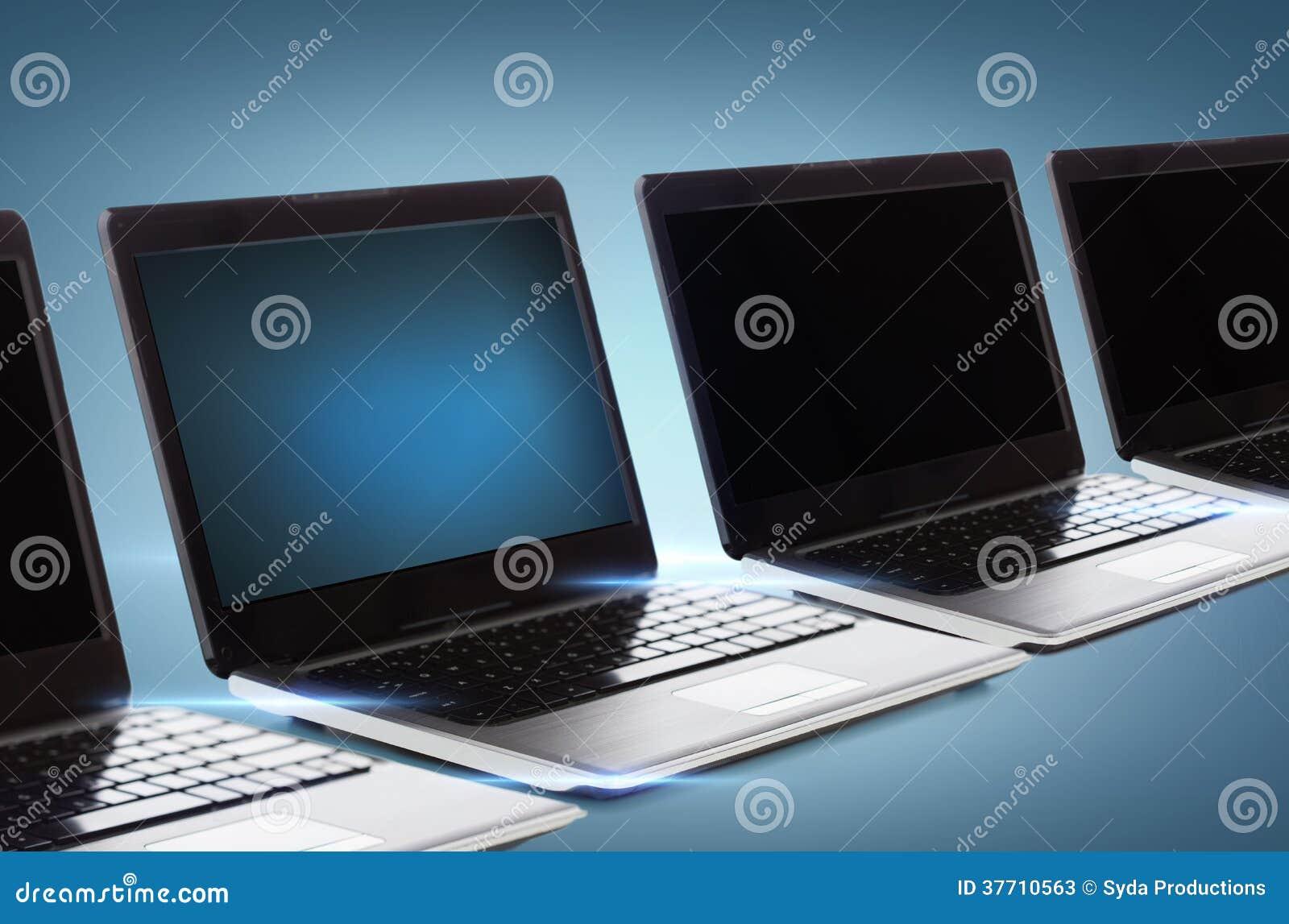 Vele laptop computers met de lege zwarte schermen