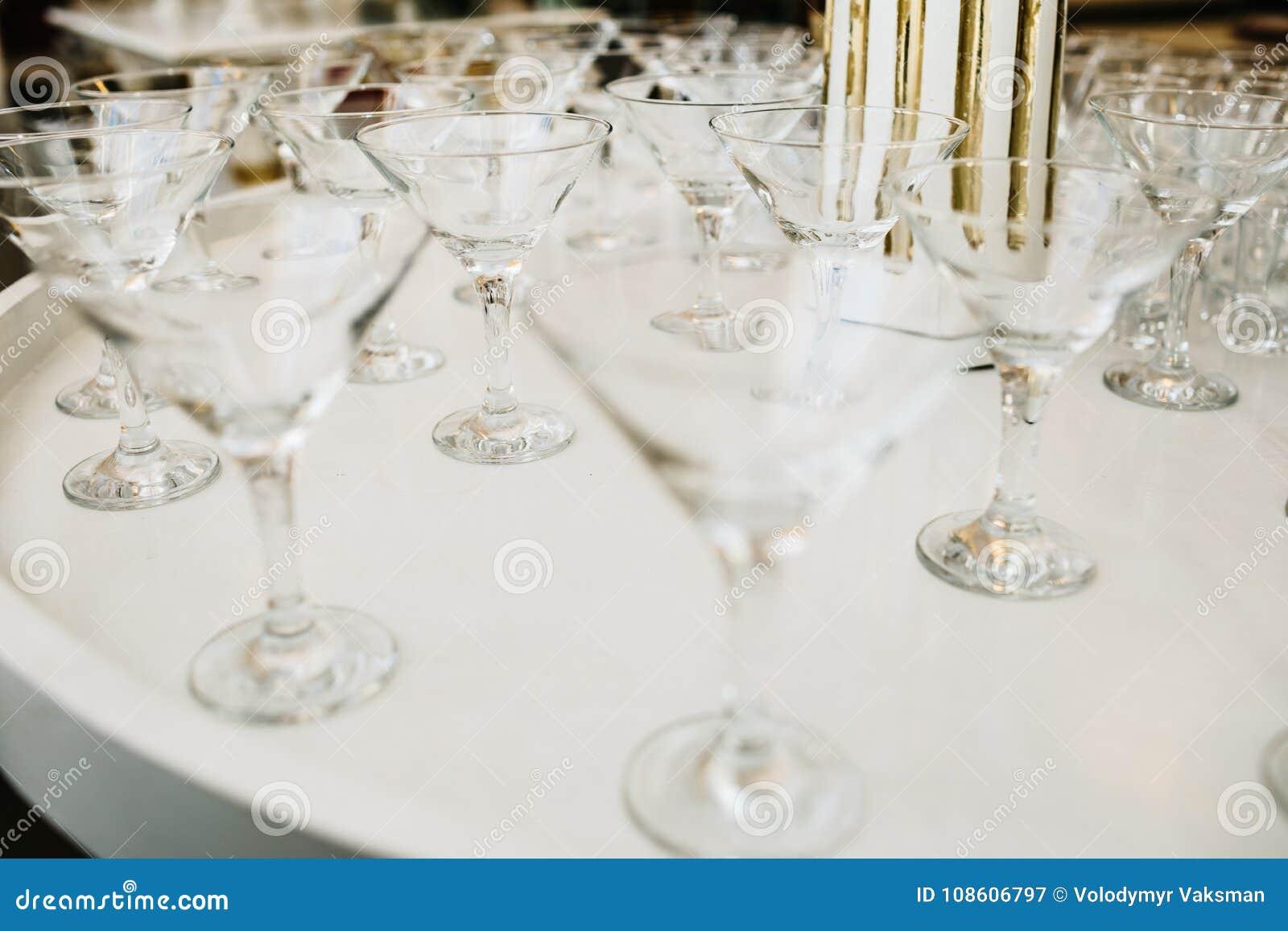 Vele lege glazen voor een wijn die in de bar drogen Sluit omhoog foto