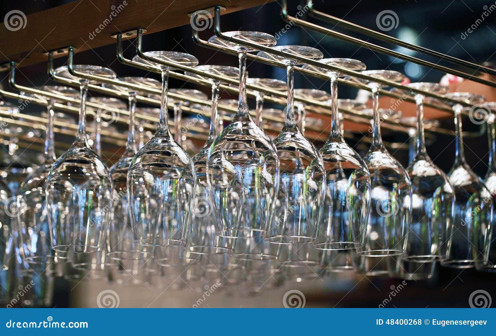 vele lege glazen voor een wijn die in de bar hangen stock foto afbeelding 48400268