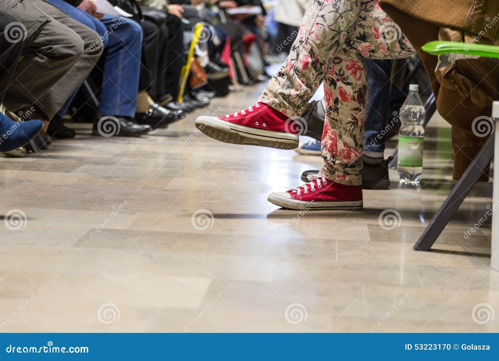 Vele mensen in een wachtkamer