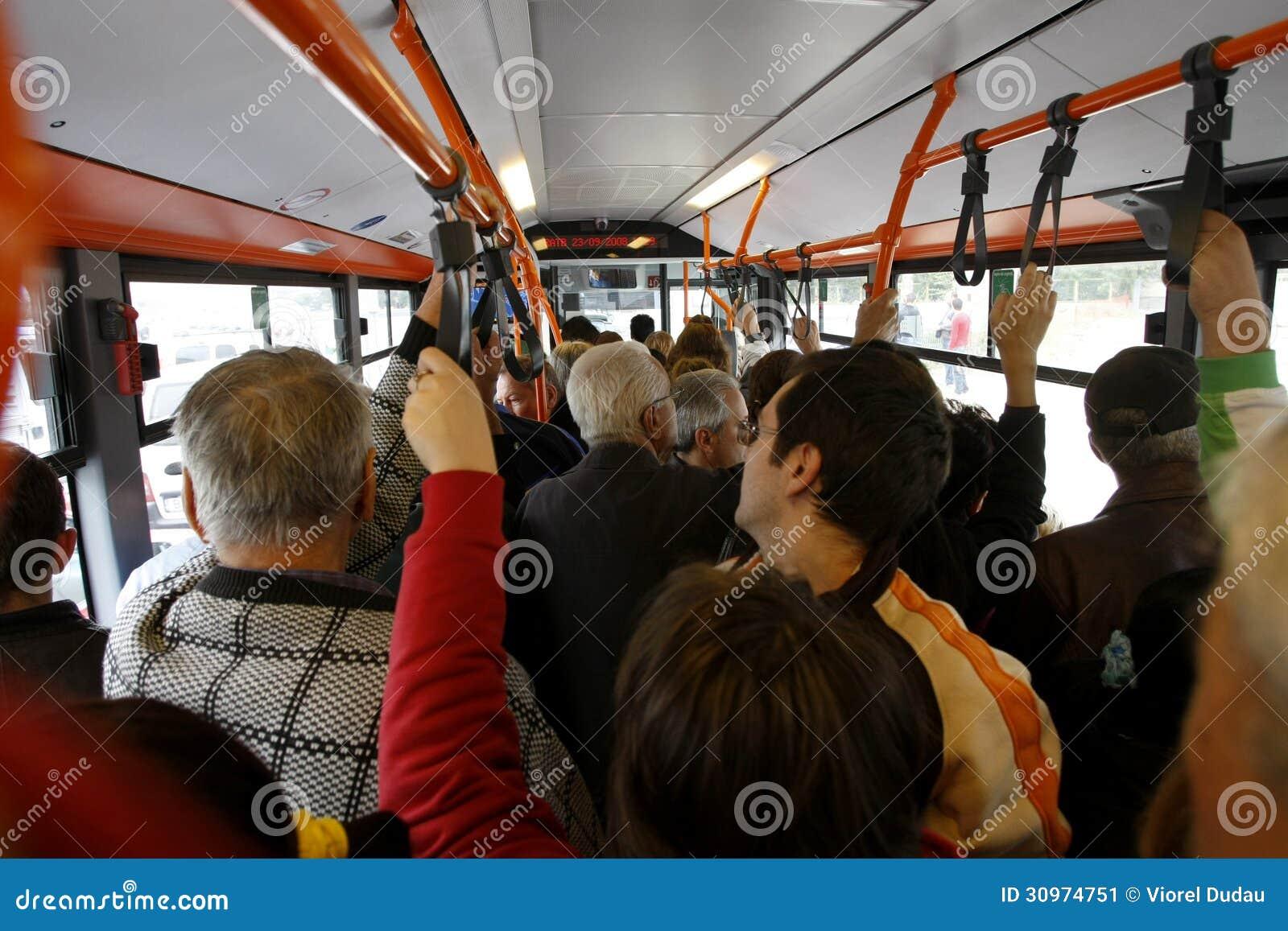 Vele mensen in overladen bus