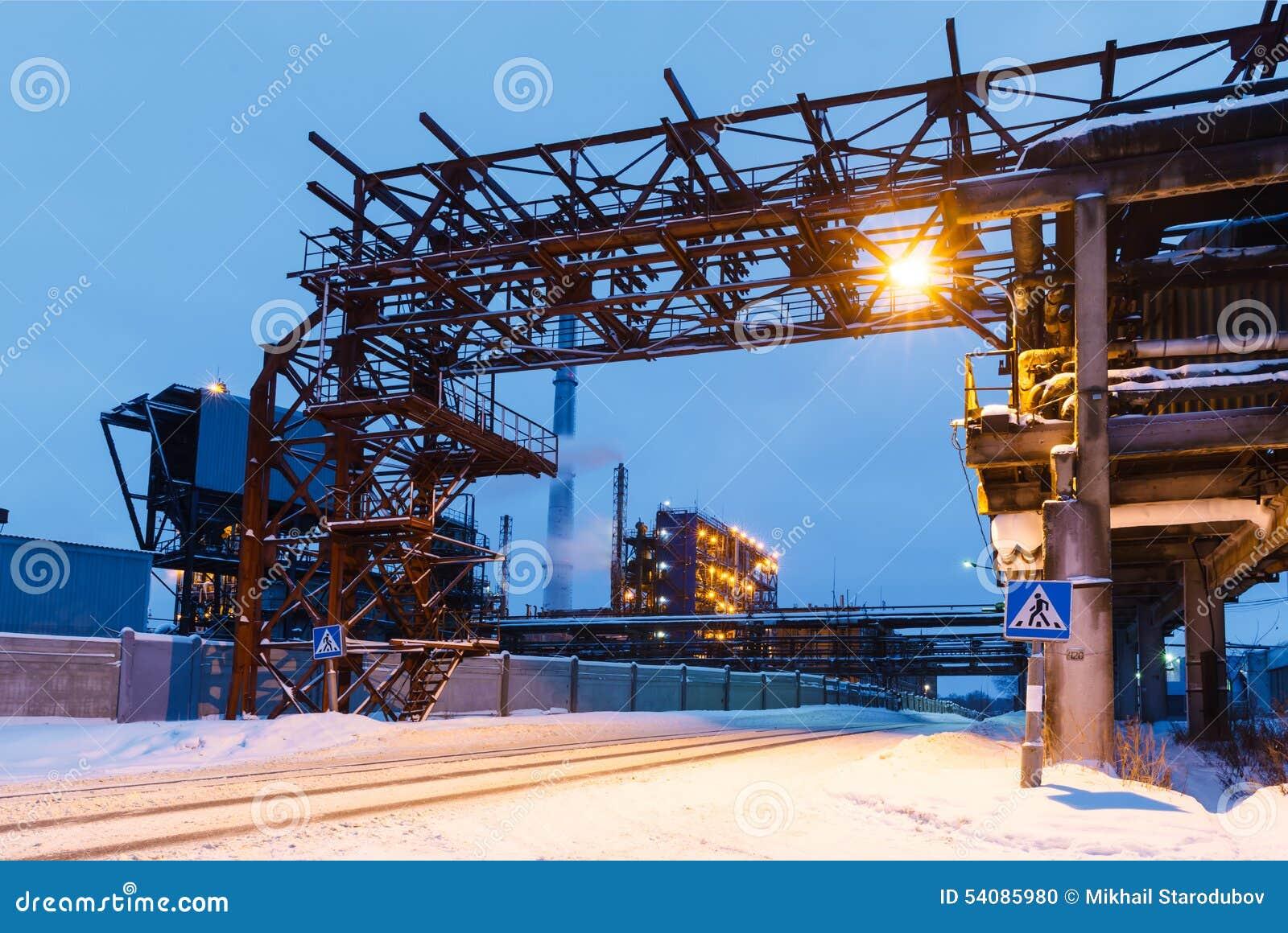 Vele pijpen en schoorstenen met industriële toren