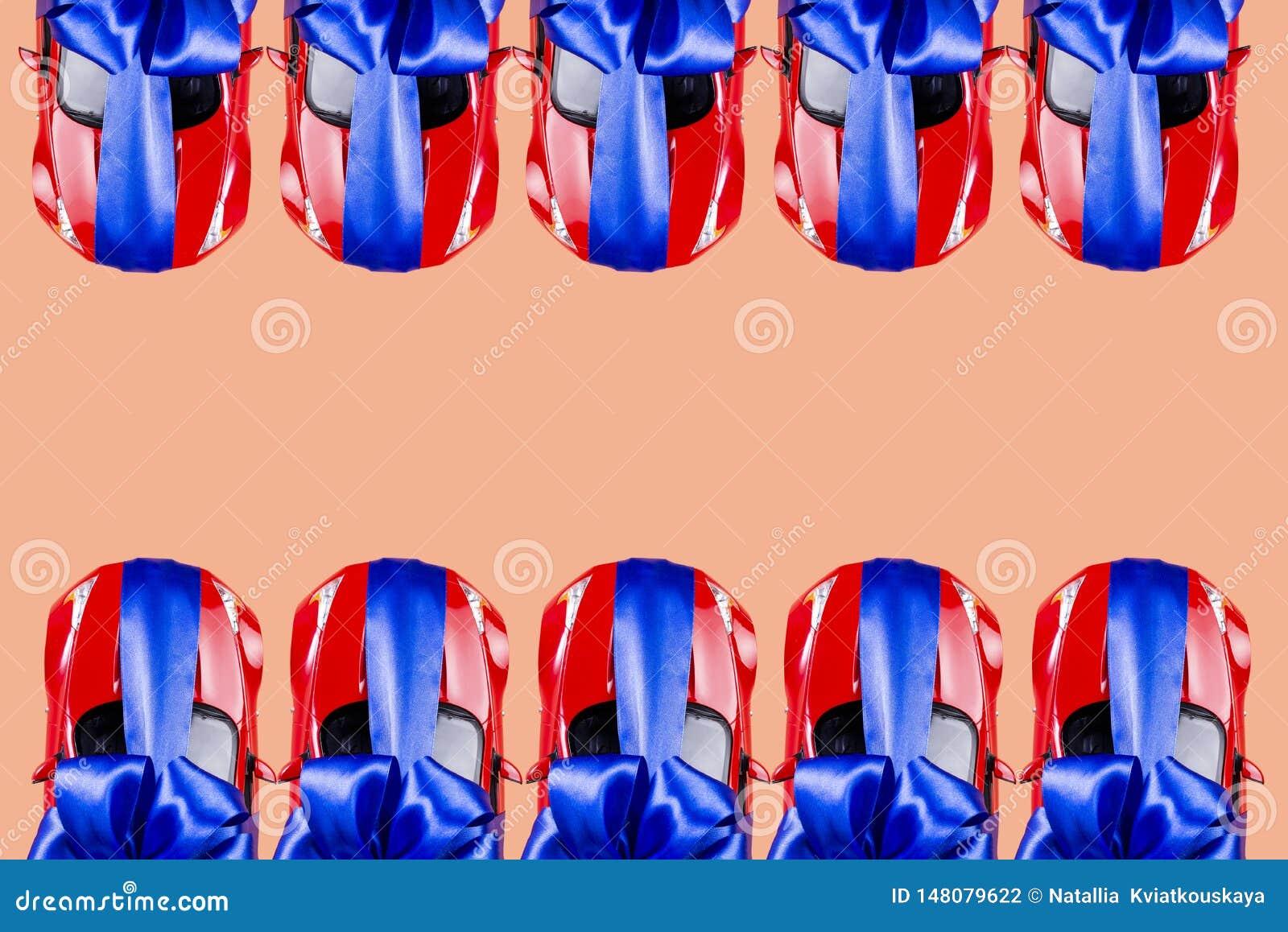 Vele rode auto s met een blauwe boog als gift op een gekleurde achtergrond Ruimte voor tekst, achtergrond