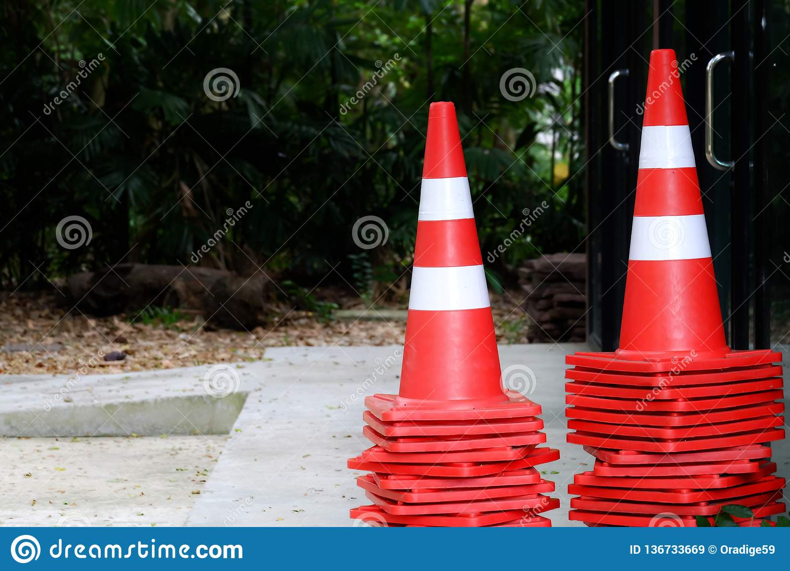 Vele verkeerskegels op cementvloer voor het gebouw