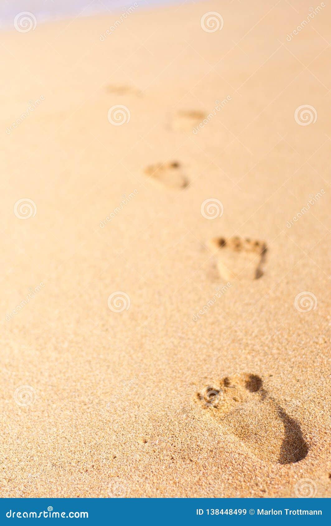 Vele voetafdrukken op het strand