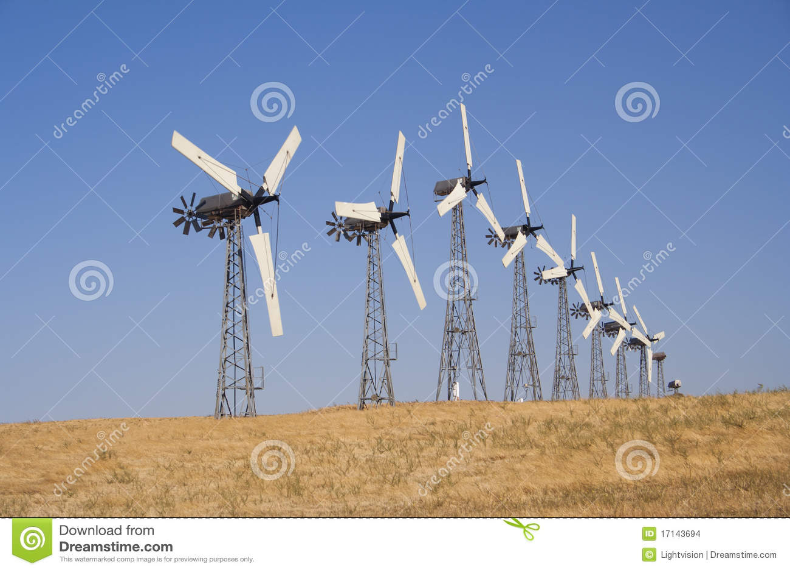 Vele witte windturbine die elektriciteit produceert