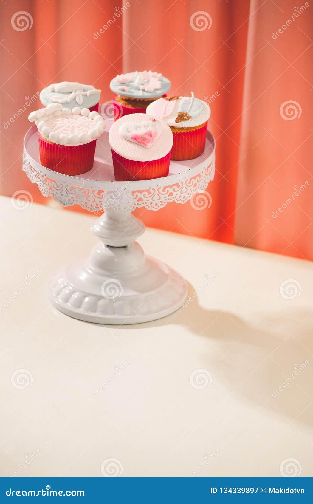 Vele yummy cupcakes De zoete liefde van Valentine cupcake op lijst aangaande lichte achtergrond