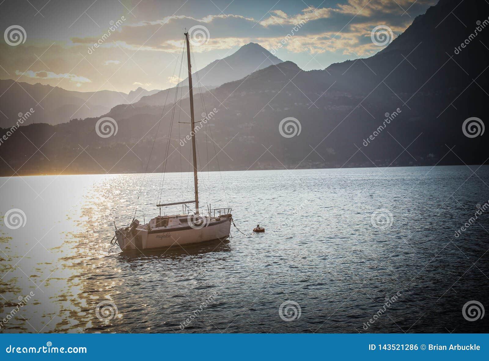 Veleiro no lago Como Itália