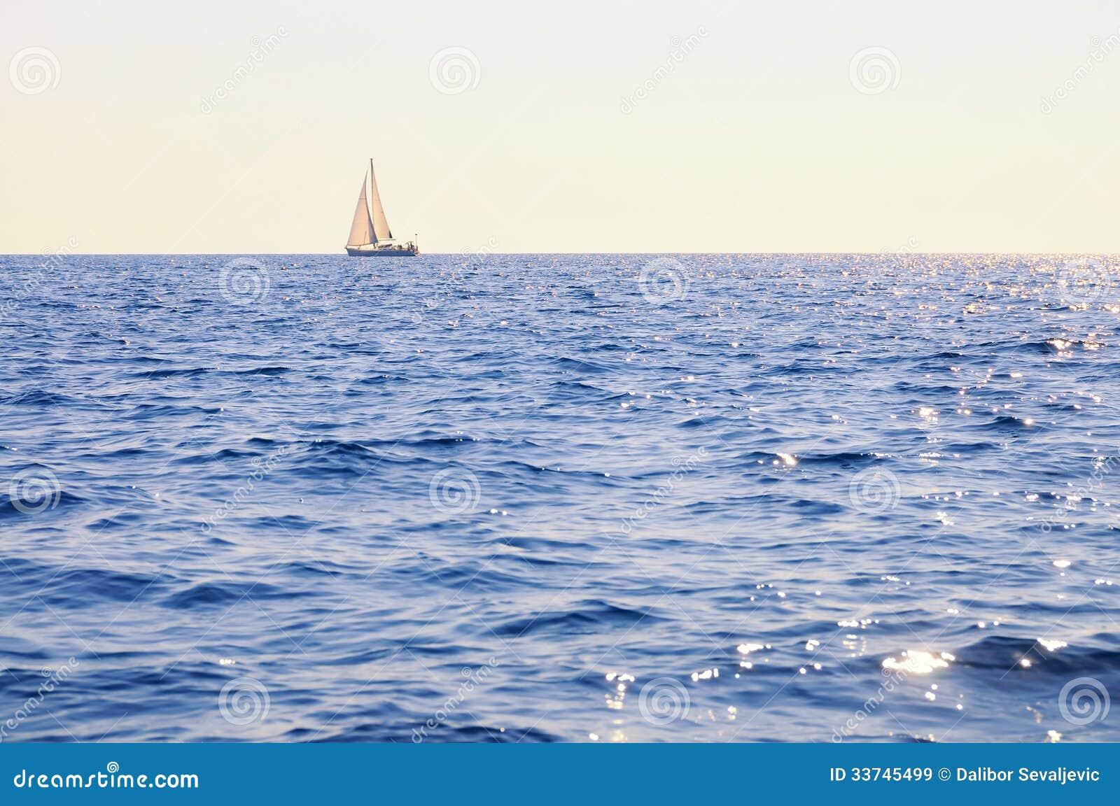 Veleiro no mar aberto