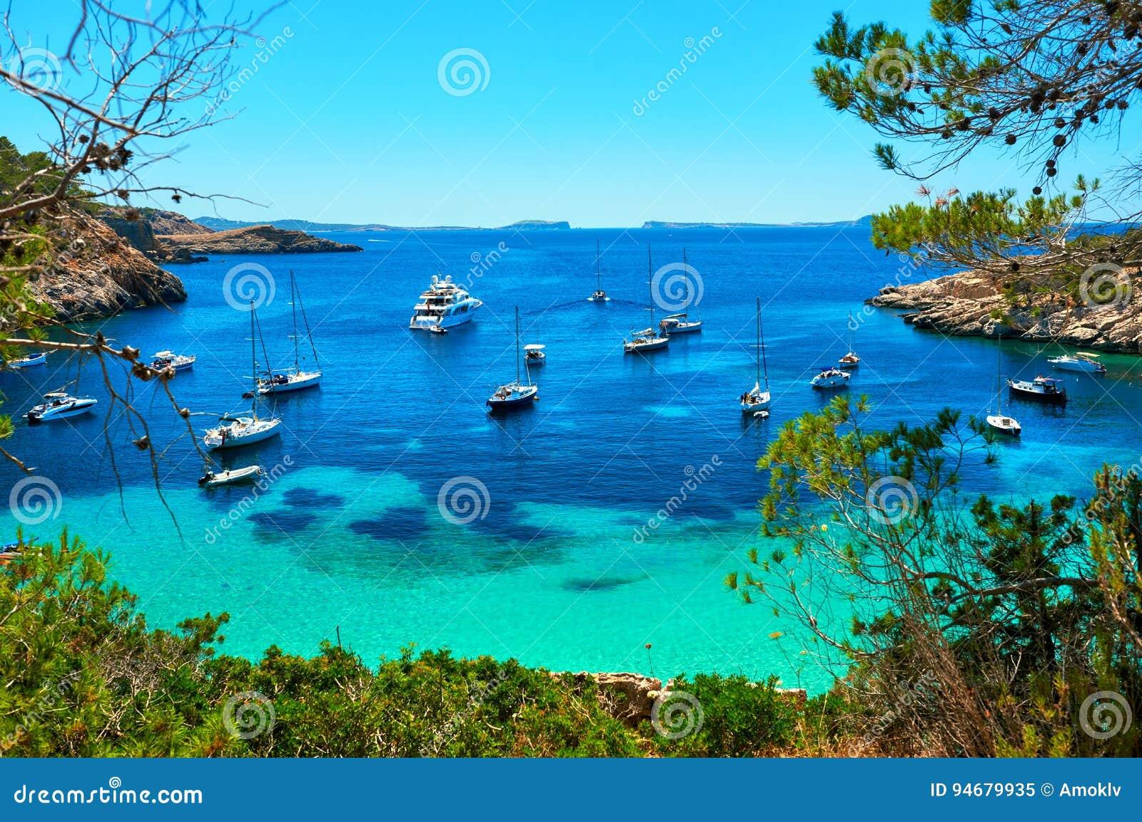 Veleiros na lagoa de Cala Salada Ibiza, Spain