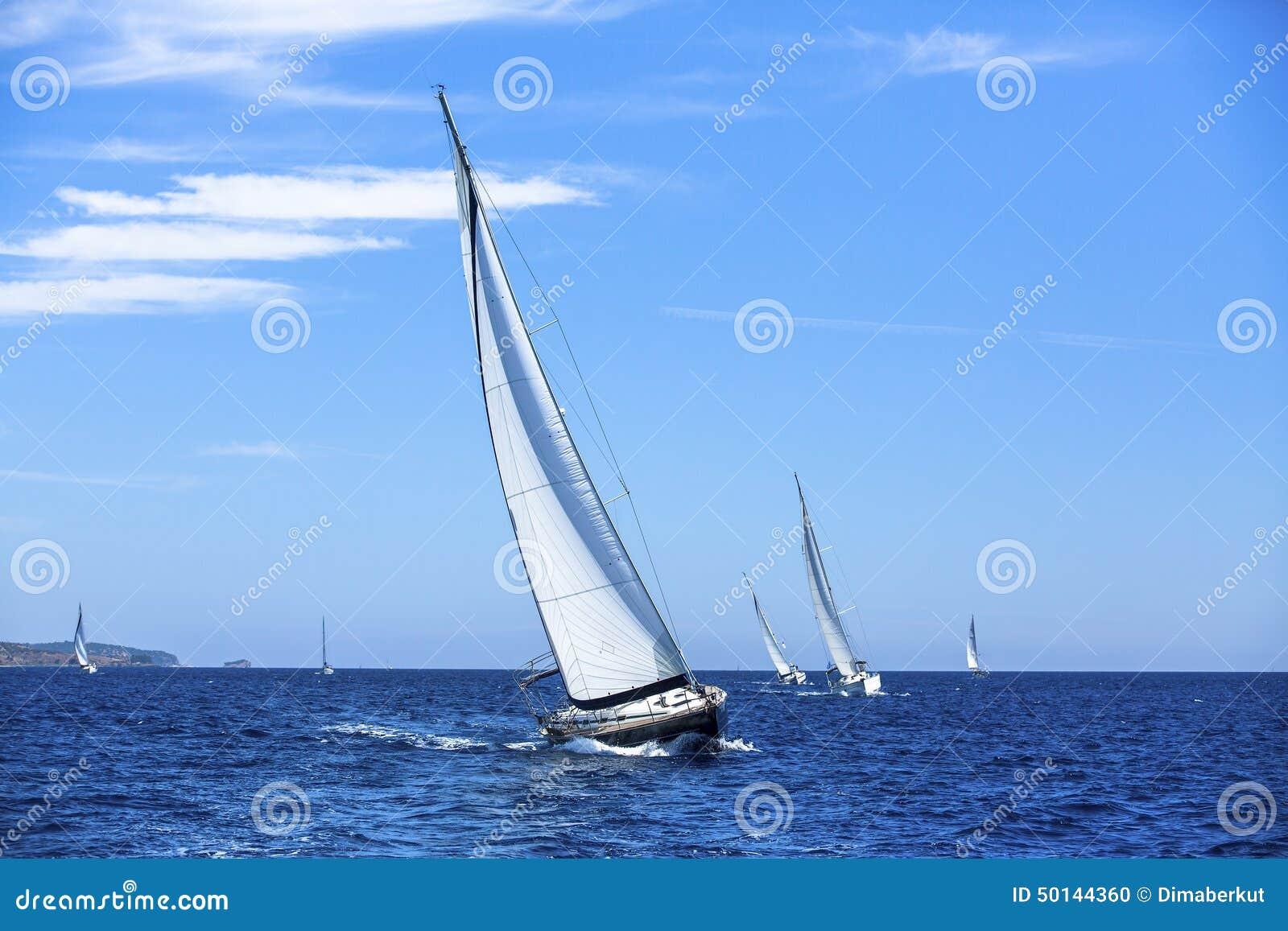 Veleiros na regata da navigação sailing Estilo de vida ao ar livre