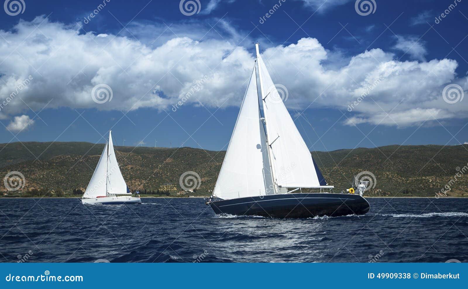 Veleiros na regata da navigação sailing Vela no tempo nebuloso