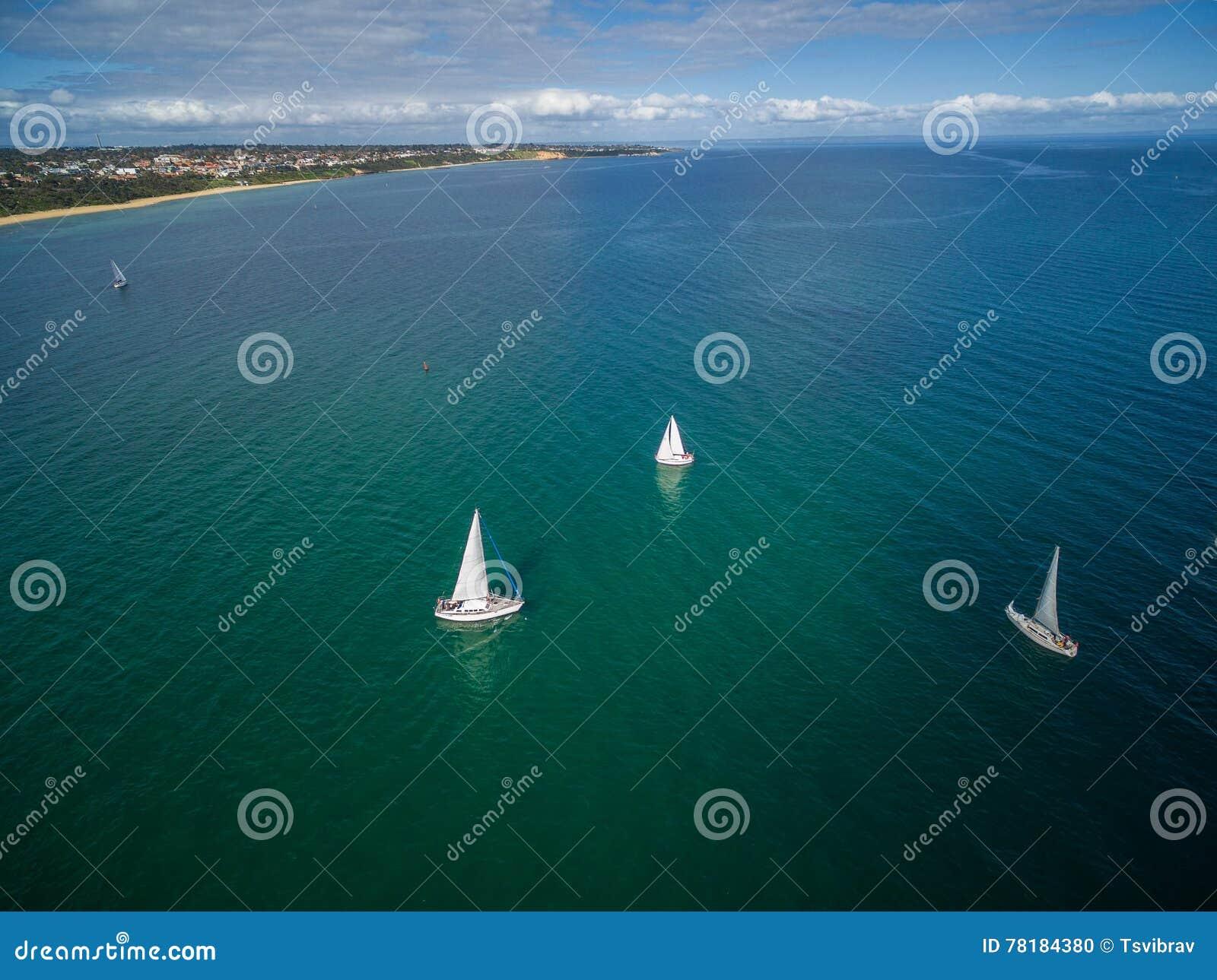 Veleiros que navegam na imagem da antena da península de Mornington