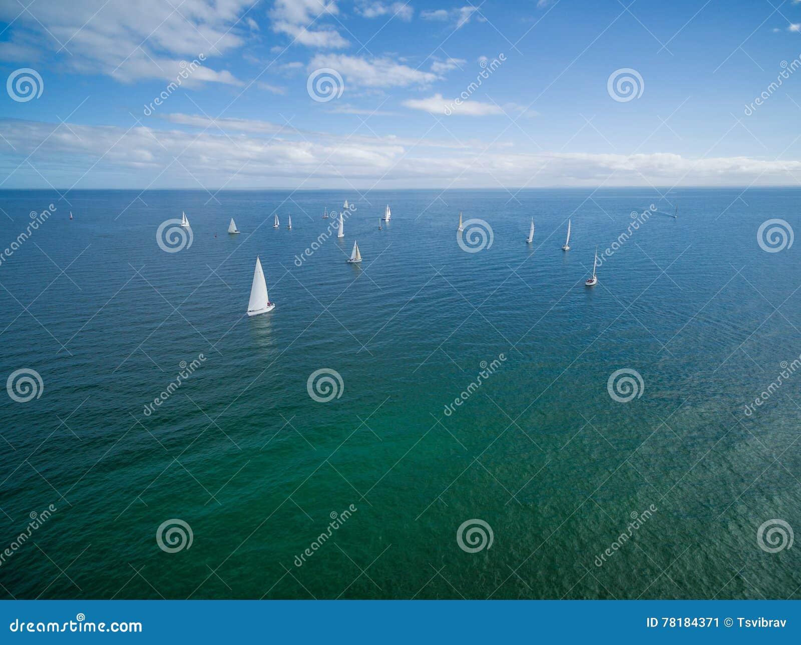 Veleiros que navegam na península de Mornington