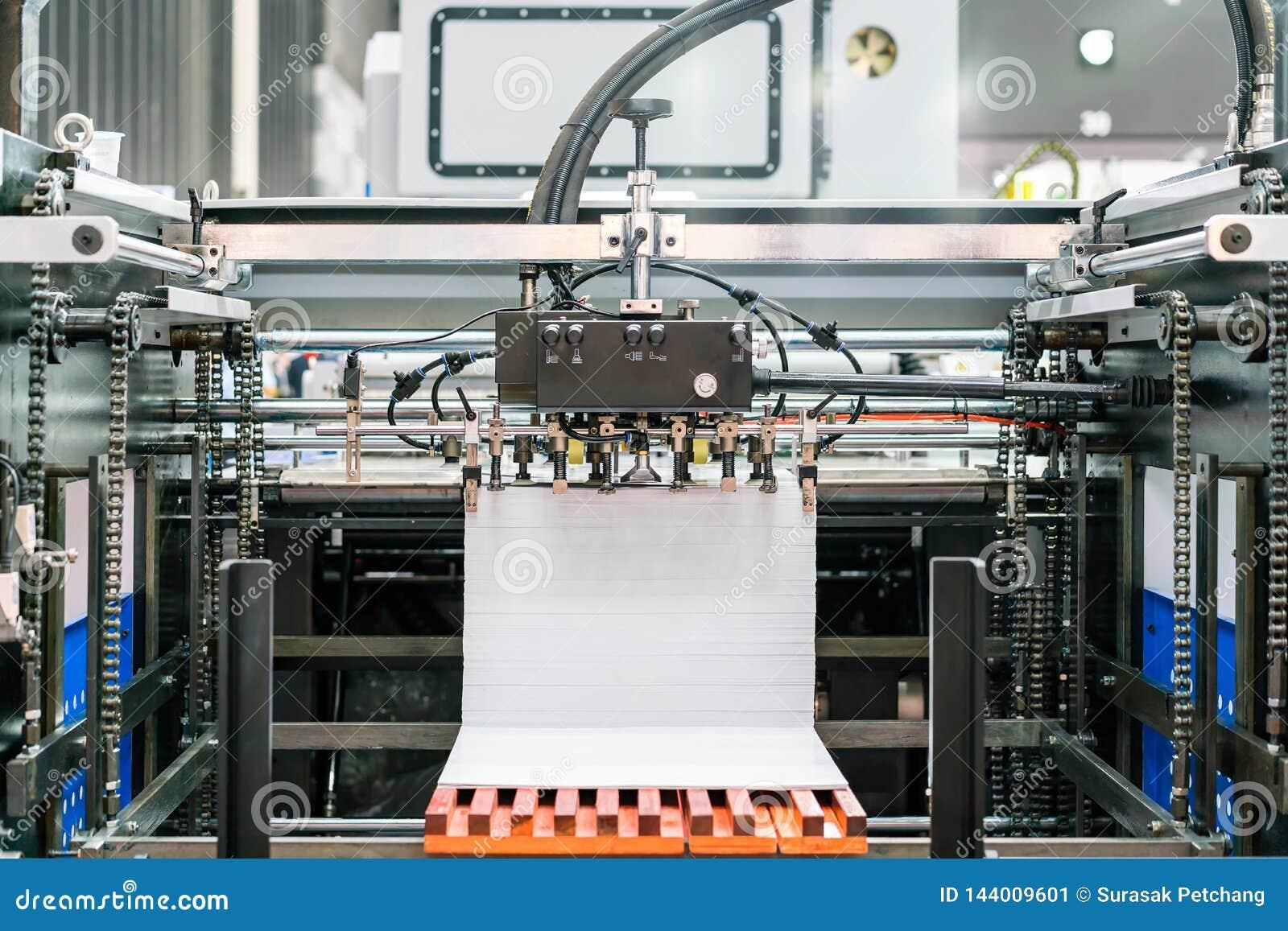 Velen behangen bij leveringseenheid in modern en geavanceerd technisch van automatische publicatie of drukmachine